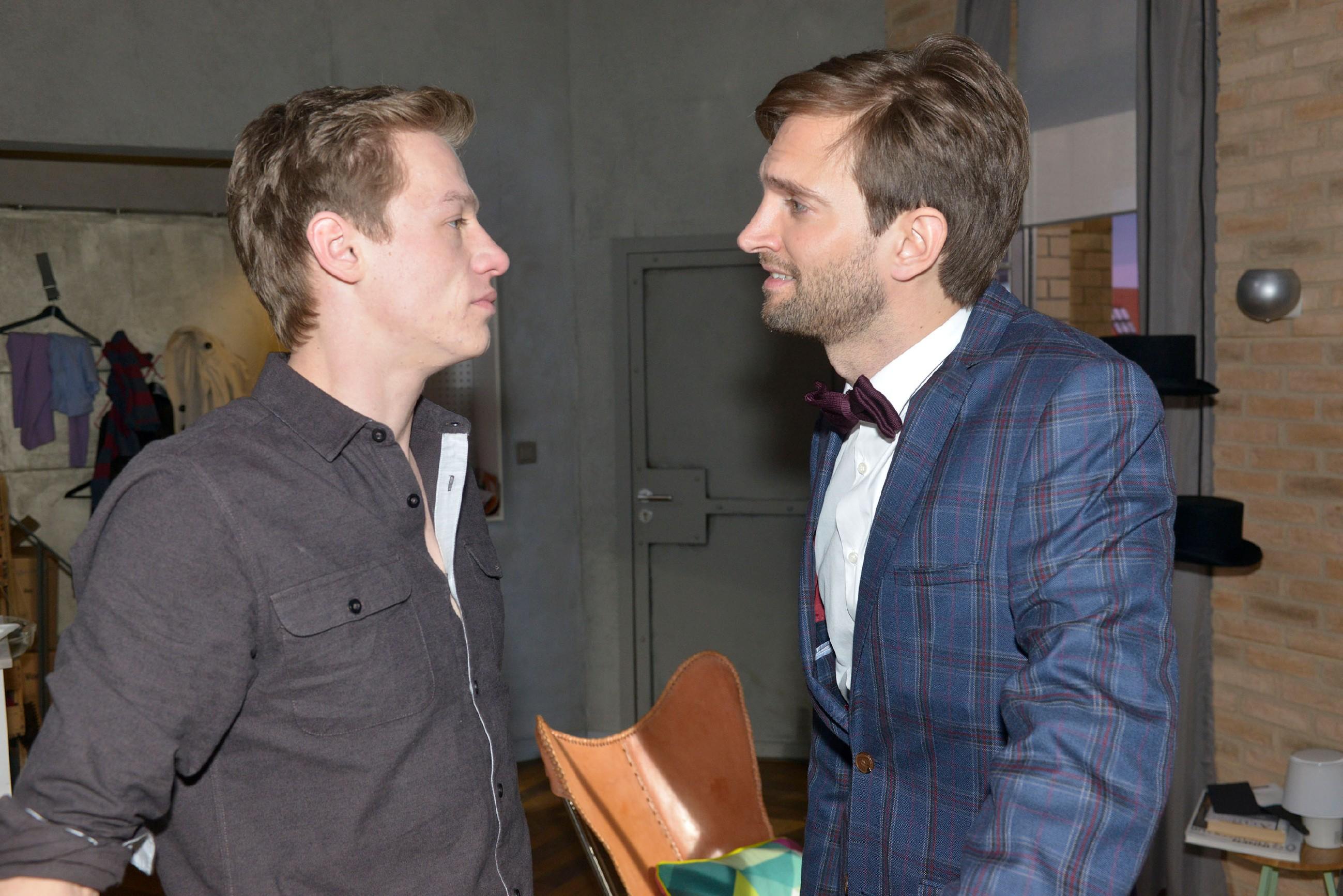 Vince (Vincent Krüger, l.) ist beleidigt, aals Julius (Benjamin Bieber) von ihm als Koch mehr Kreativität einfordert.
