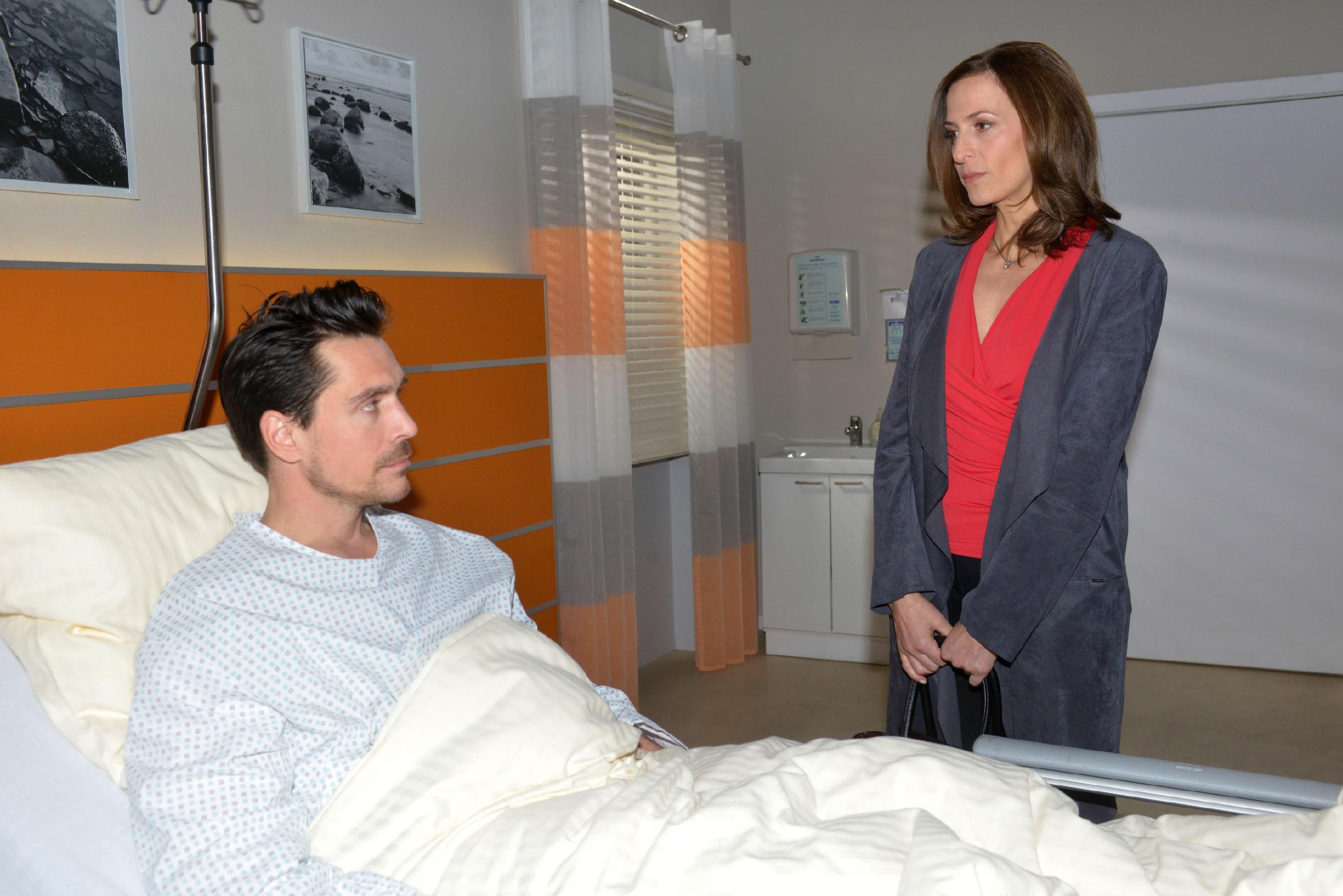 David (Philipp Christopher) sieht seiner Verhaftung stoisch entgegen und ist überrascht, als Katrin (Ulrike Frank) an seinem Krankenbett erscheint und sich bei ihm entschuldigt... (Quelle: RTL / Rolf Baumgartner)