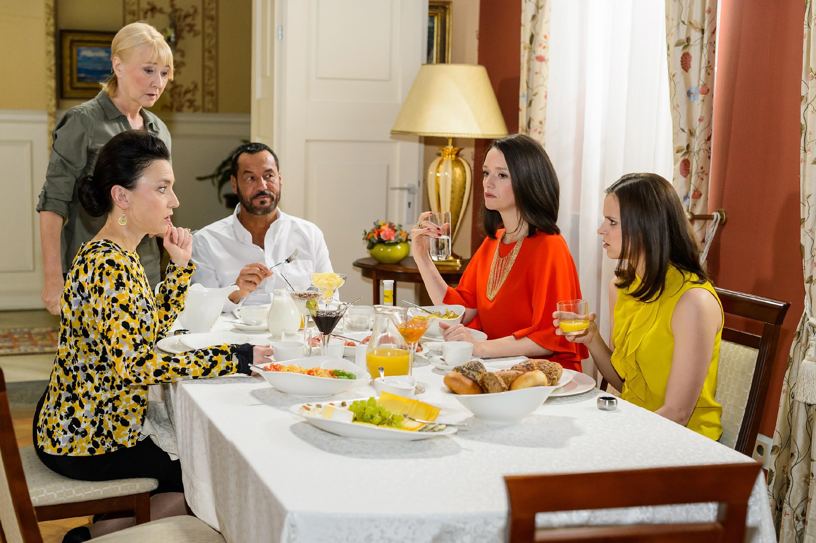 Jenny (Kaja Schmidt-Tychsen, 2.v.r.) bemüht sich nach ihrem Sex-Traum mit Deniz beim gemeinsamen Frühstück mit Simone (Tatjana Clasing, l.), Richard (Silvan-Pierre Leirich) und Michelle (Franziska Benz, 2.) um Sachlichkeit. Frau Scholz (Inge Brings, steh.) ist wie immer bedacht auf das Wohl der Familie. (Quelle: RTL / Willi Weber)