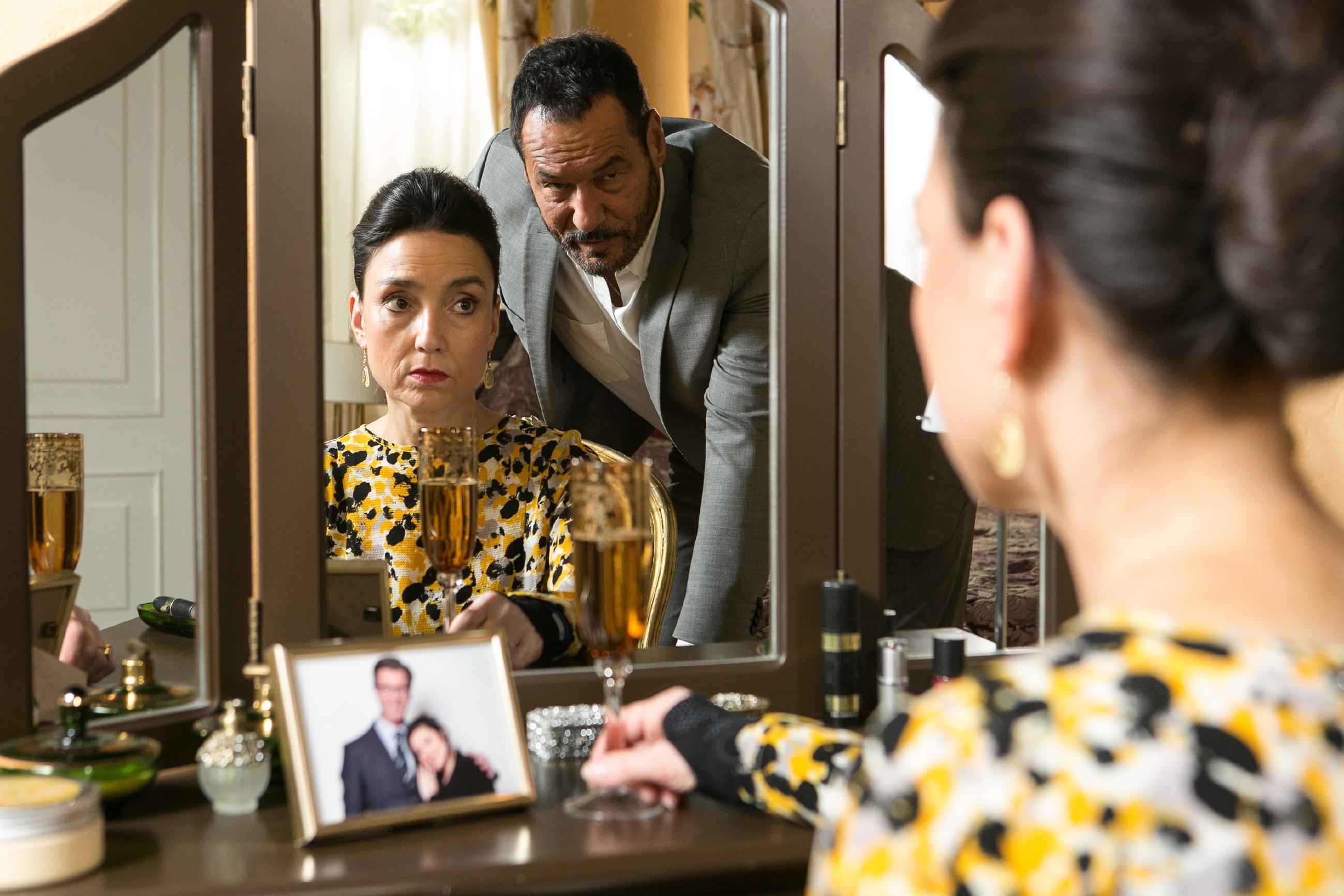 Nachdem Richard (Silvan-Pierre Leirich) ihr Christophs Plan gebeichtet hat, fällt es Simone (Tatjana Clasing) schwer, zu akzeptieren, dass sie Vanessas Hochzeit nicht erleben darf. (Quelle: RTL / Kai Schulz)
