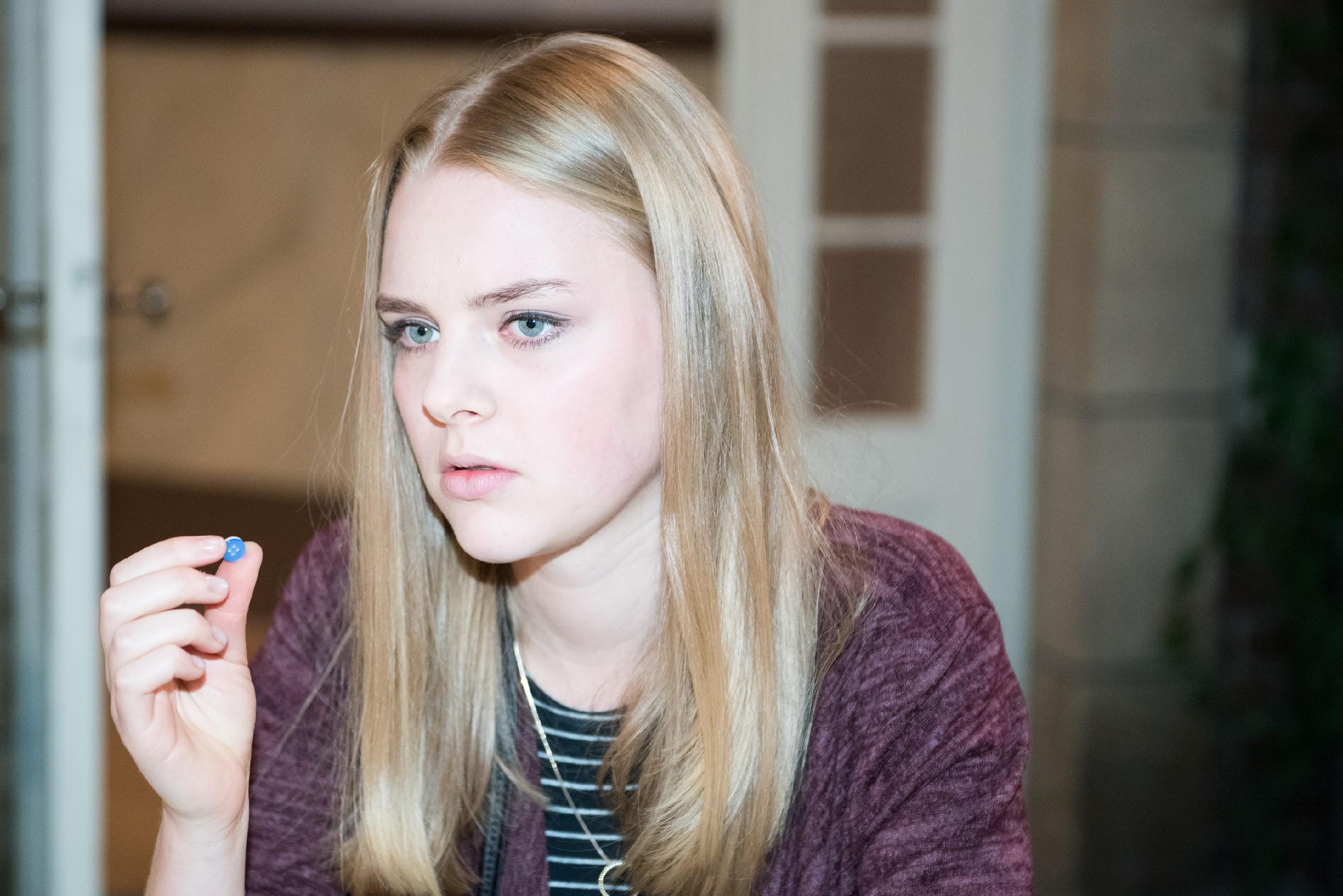 Fiona (Olivia Burkhart) will nicht hinnehmen, dass das Geld, welches Rolf ihr vermacht hat, für immer verloren sein soll. Sie hat allerdings nur einen Anhaltspunkt, der sie zum Dieb führen könnte: den Knopf, den sie am Tatort gefunden hat. (Quelle: RTL / Stefan Behrens)