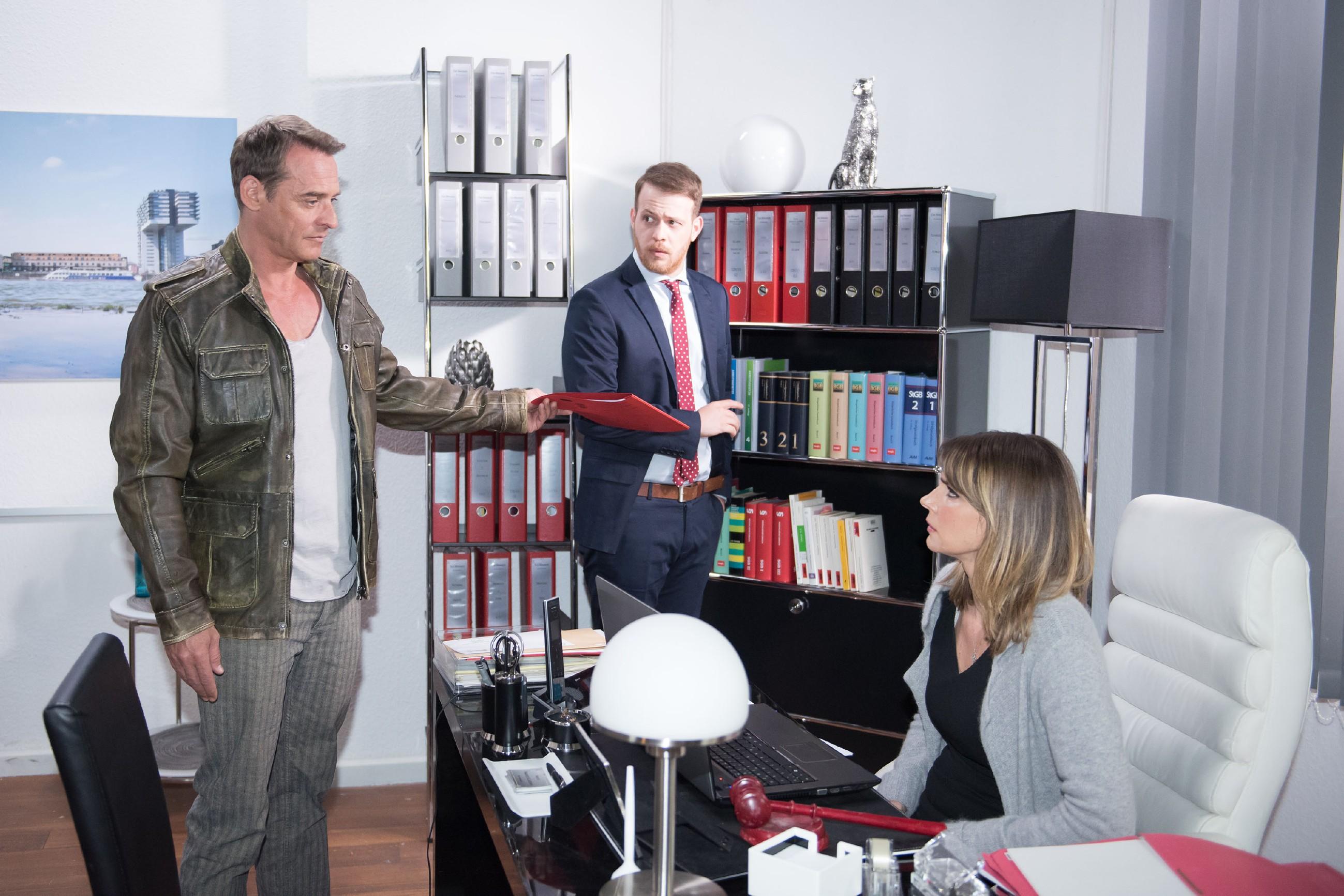 Rufus (Kai Noll, l.) düpiert Eva (Claudelle Deckert) mit der Aktion, dass er sie feuert und Tobias (Patrick Müller) als neuen Anwalt engagiert. (Quelle RTL / Stefan Behrens)