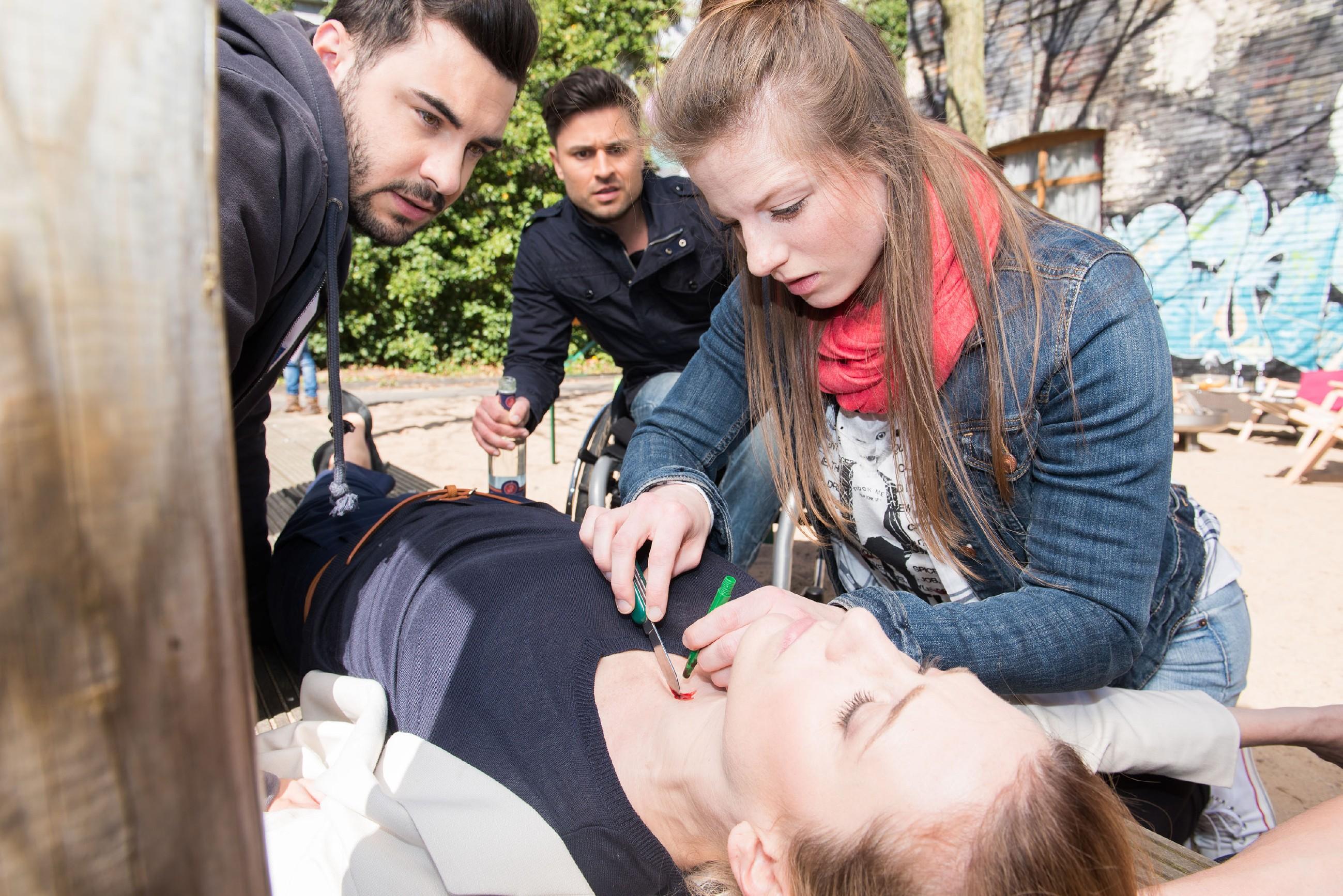 Easy (Lars Steinhöfel, l.) und Paco (Milos Vukovic) beobachten gebannt, wie Elli (Nora Koppen, r.) ihre Ängste besiegt und Andrea (Kristin Meyer) mit einem Luftröhrenschnitt das Leben rettet... (Quelle RTL / Stefan Behrens)