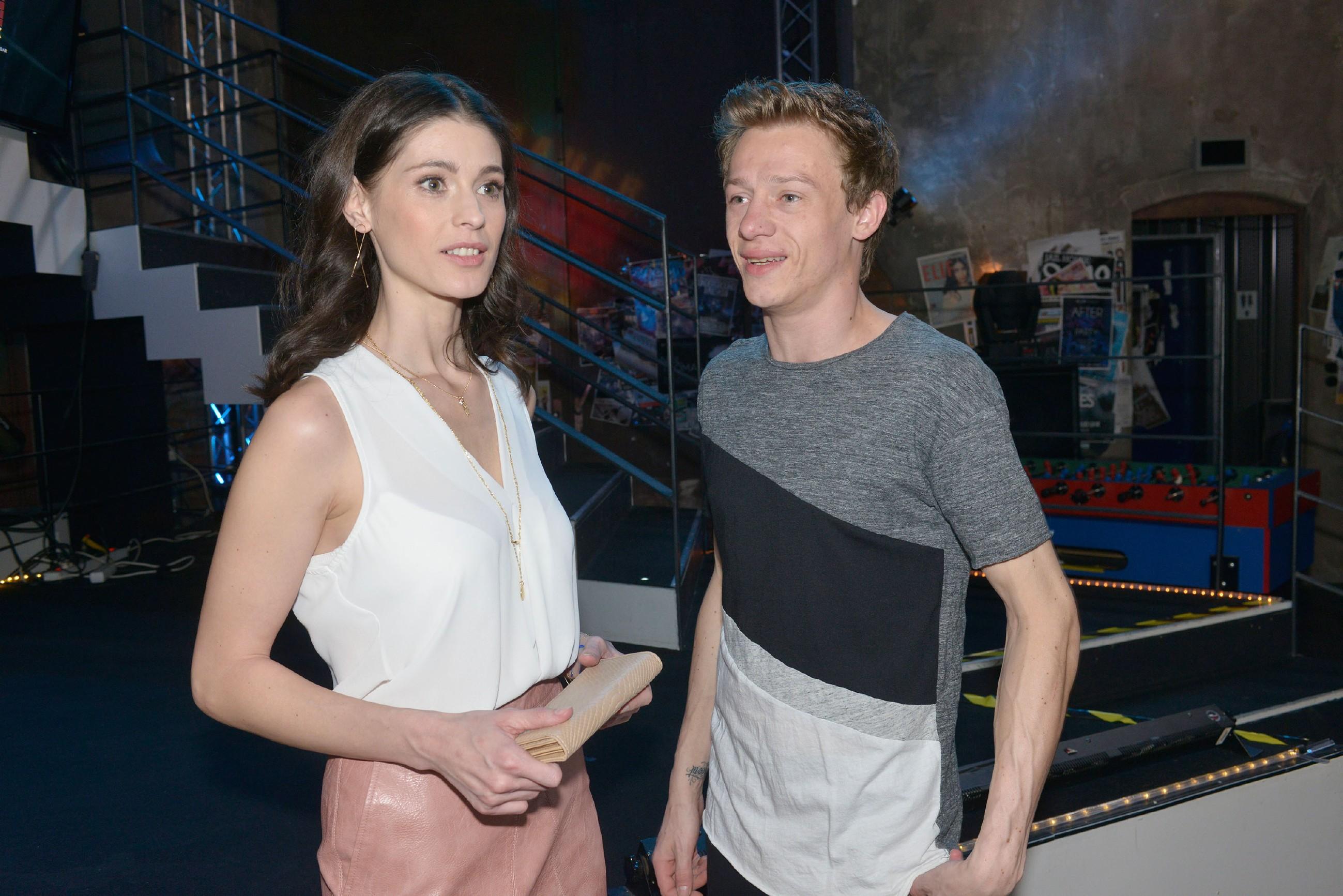 Vince (Vincent Krüger) hofft, dass er für Sara Julia Moss (Claudia Gaebel) arbeiten kann, um das Geld für Sunnys Traumhochzeit aufzutreiben.