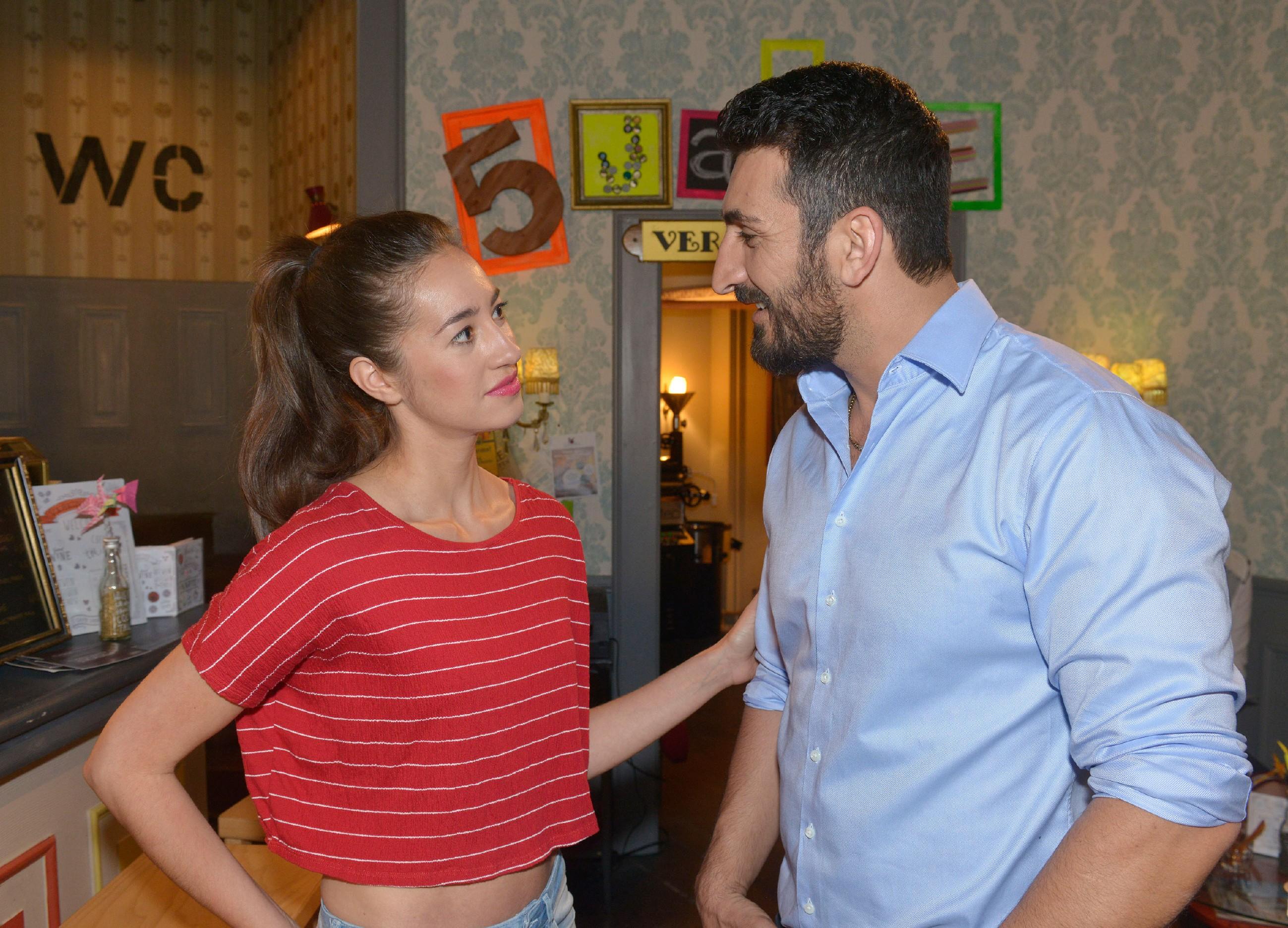 Mesut (Mustafa Alin) scheint mit seiner Mitleidsnummer bei Elena (Elena Garcia Gerlach) Erfolg zu haben. (Quelle: RTL / Rolf Baumgartner)