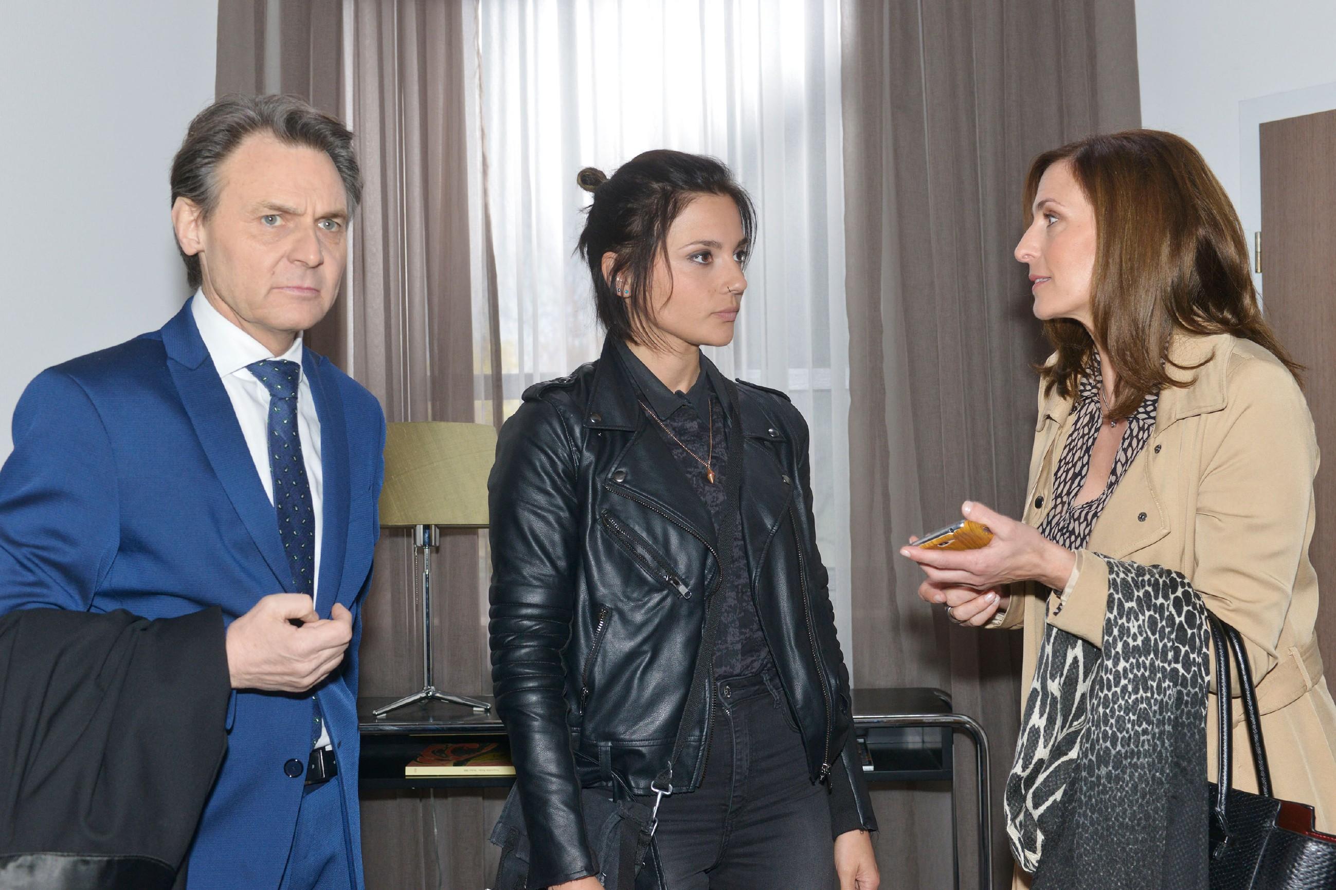 Gerner (Wolfgang Bahro), Anni (Linda Marlen Runge, M.) und Katrin (Ulrike Frank) befürchten, dass Maren nicht rechtzeitig zu ihrem Prozess erscheint. (Quelle: RTL / Rolf Baumgartner)