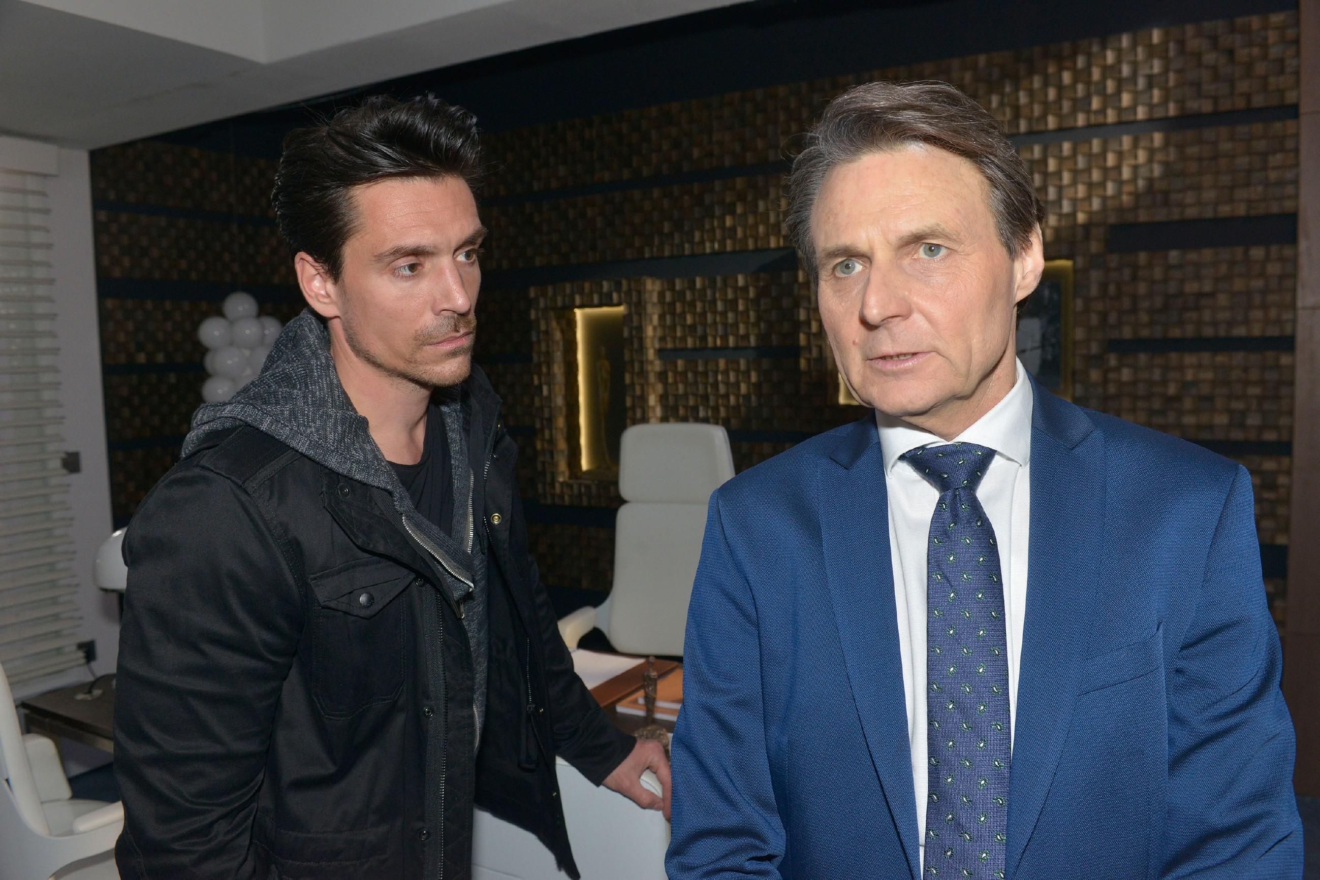David (Philipp Christopher, l.) ist fassungslos, als Gerner (Wolfgang Bahro) ihm sein Geld verweigert. (Quelle: RTL / Rolf Baumgartner)