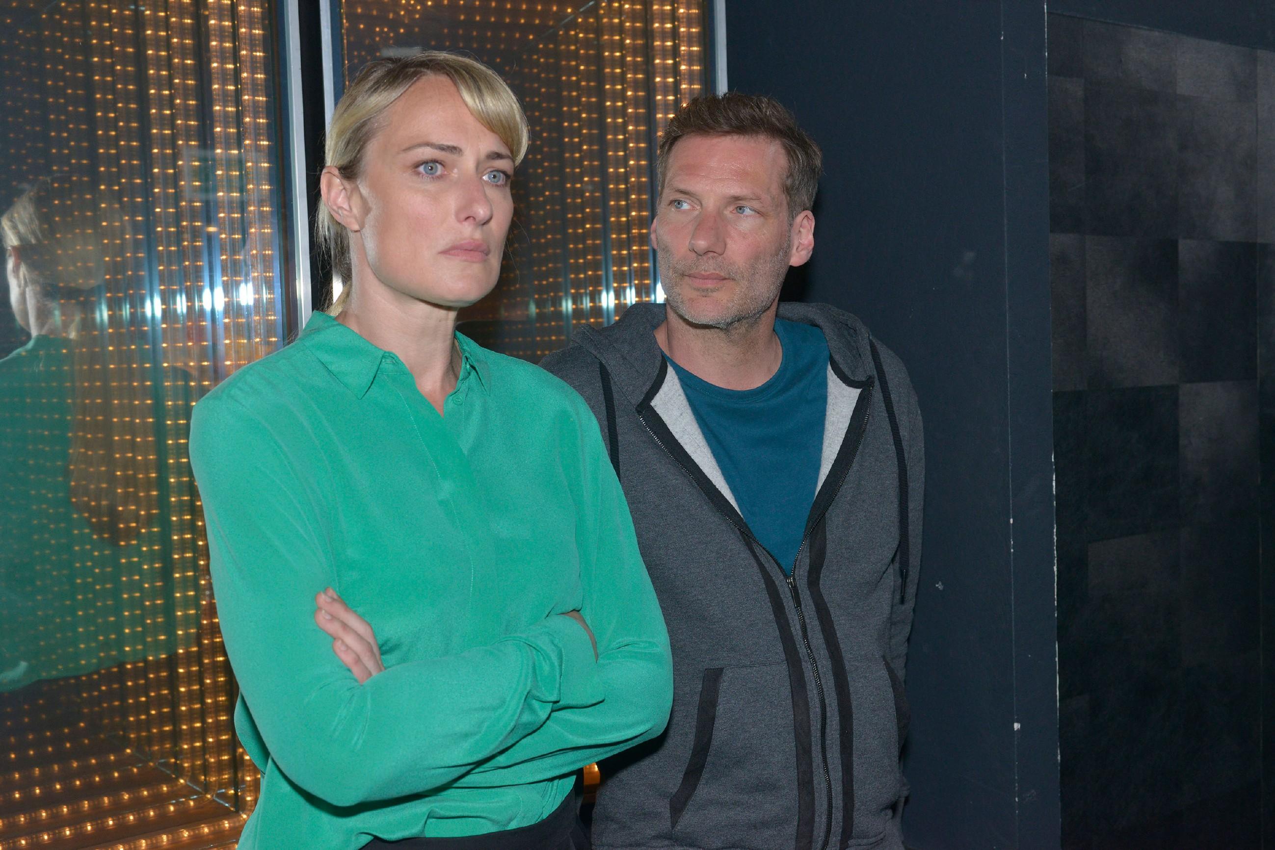 Alexander (Clemens Löhr) spürt, dass Maren (Eva Mona Rodekirchen) trotz der Bewährungsstrafe mit ihrem Gewissen zu kämpfen hat. (Quelle: RTL / Rolf Baumgartner)
