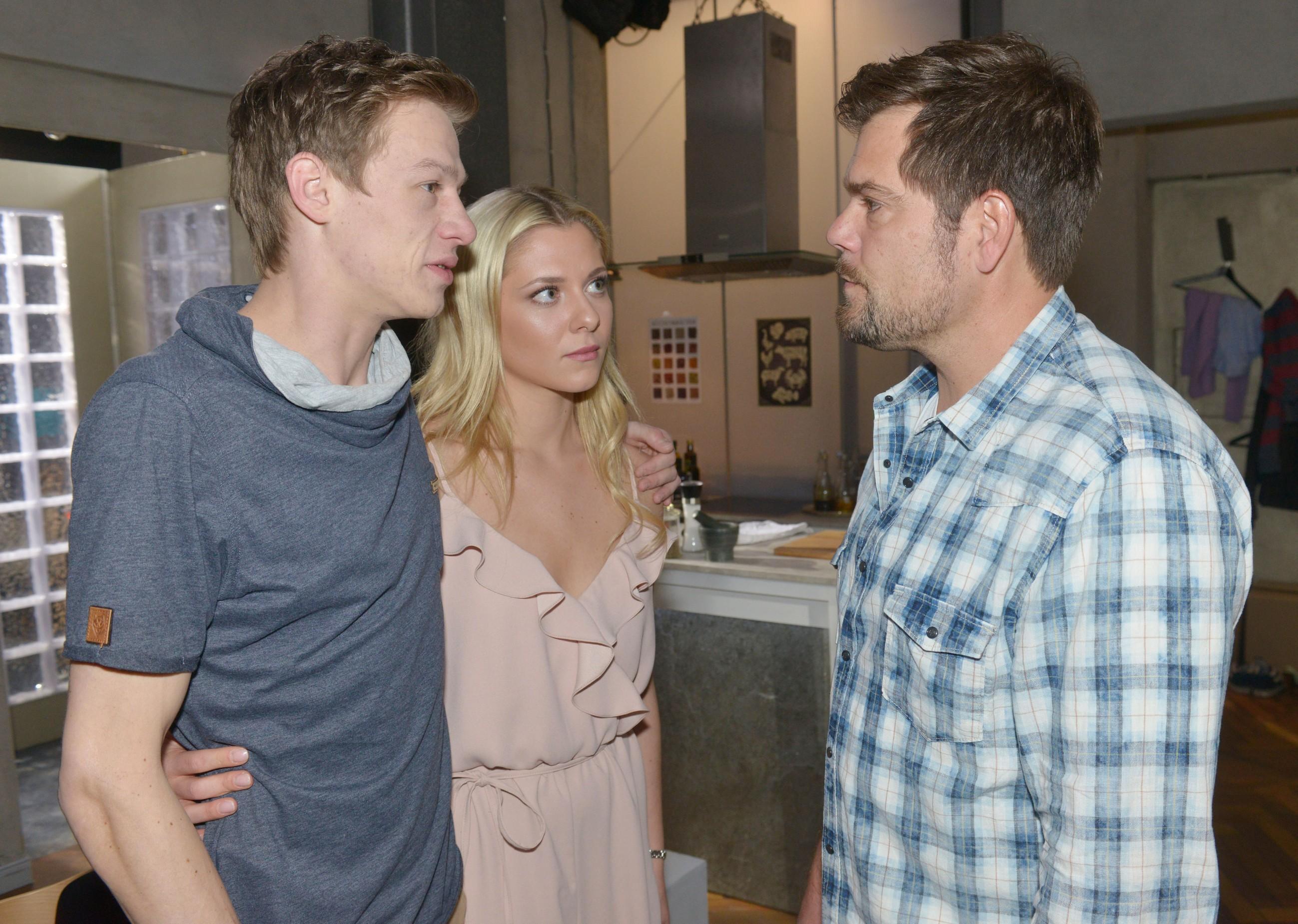 Mit Halbwahrheiten gelingt es Vince (Vincent Krüger, l.), Sunny (Valentina Pahde) und Leon (Daniel Fehlow) in Bezug auf seinen Koks-Konsum zu beruhigen.