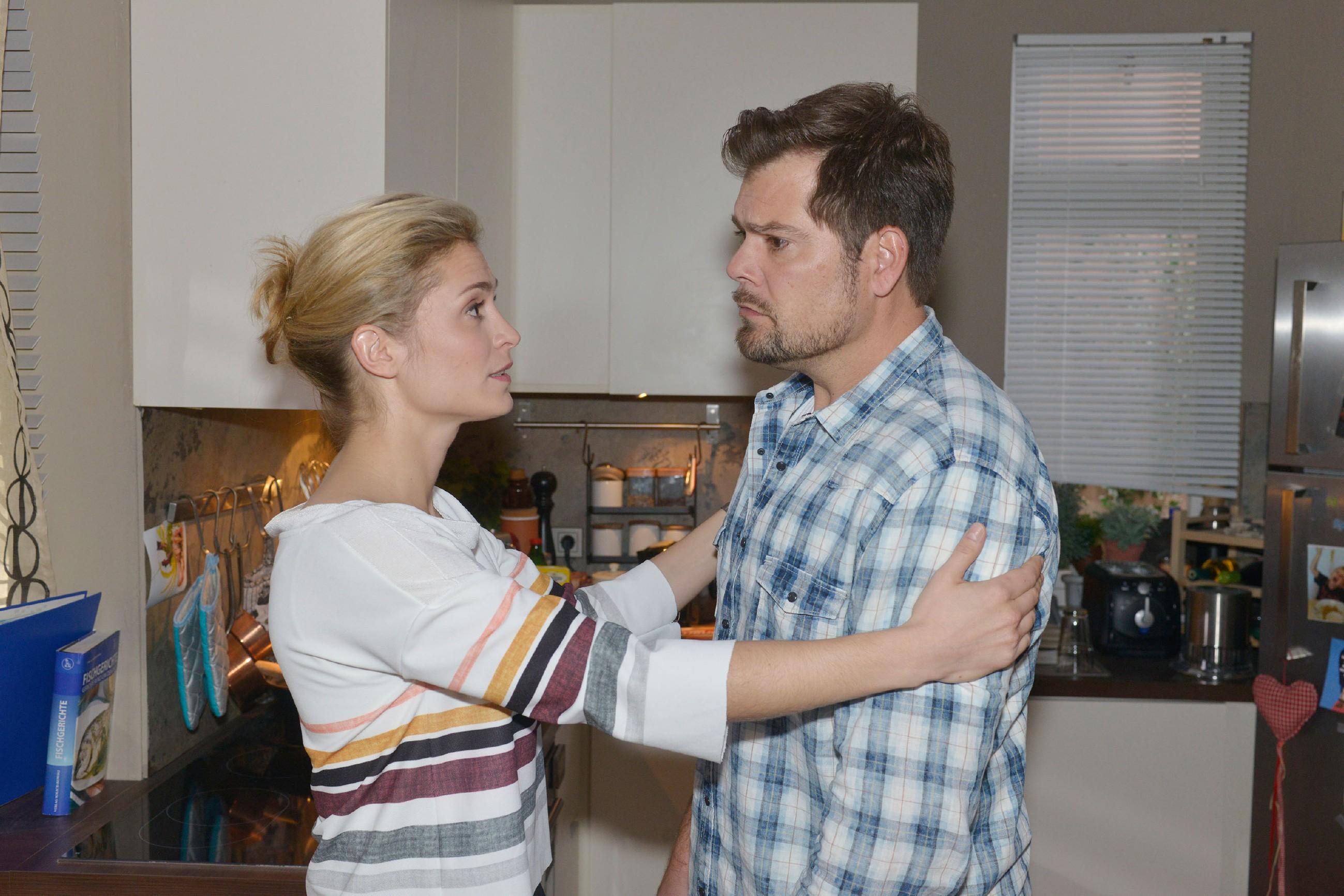 Sophie (Lea Marlen Woitack) versucht Vince vor Leon (Daniel Fehlow) in ein gutes Licht zu stellen. (Quelle: RTL / Rolf Baumgartner)