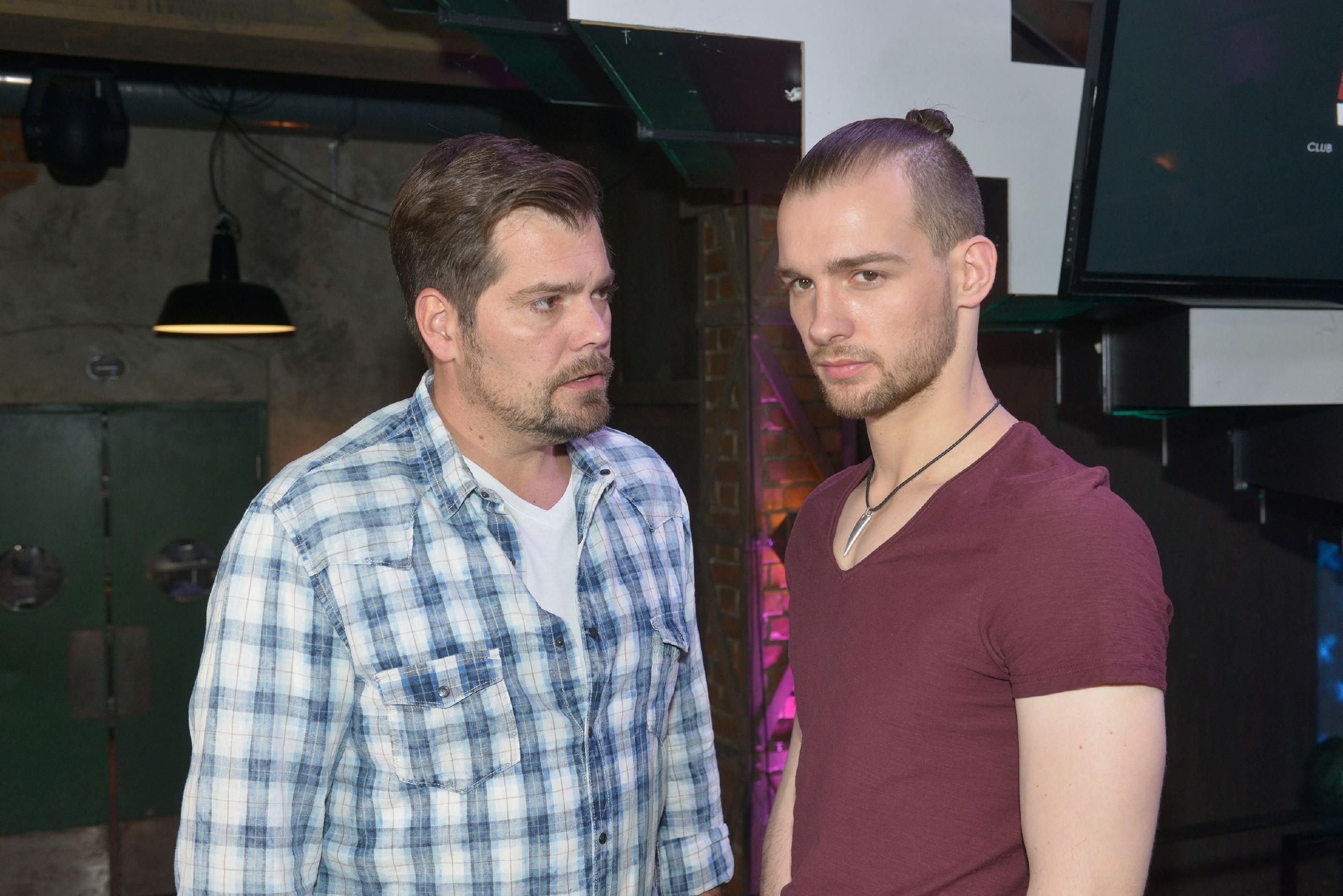 Chris (Eric Stehfest, r.) kann Leon (Daniel Fehlow) in seiner Sorge um Vince auch nicht beruhigen - er kennt seinen Kumpel einfach zu gut. (Quelle: RTL / Rolf Baumgartner)