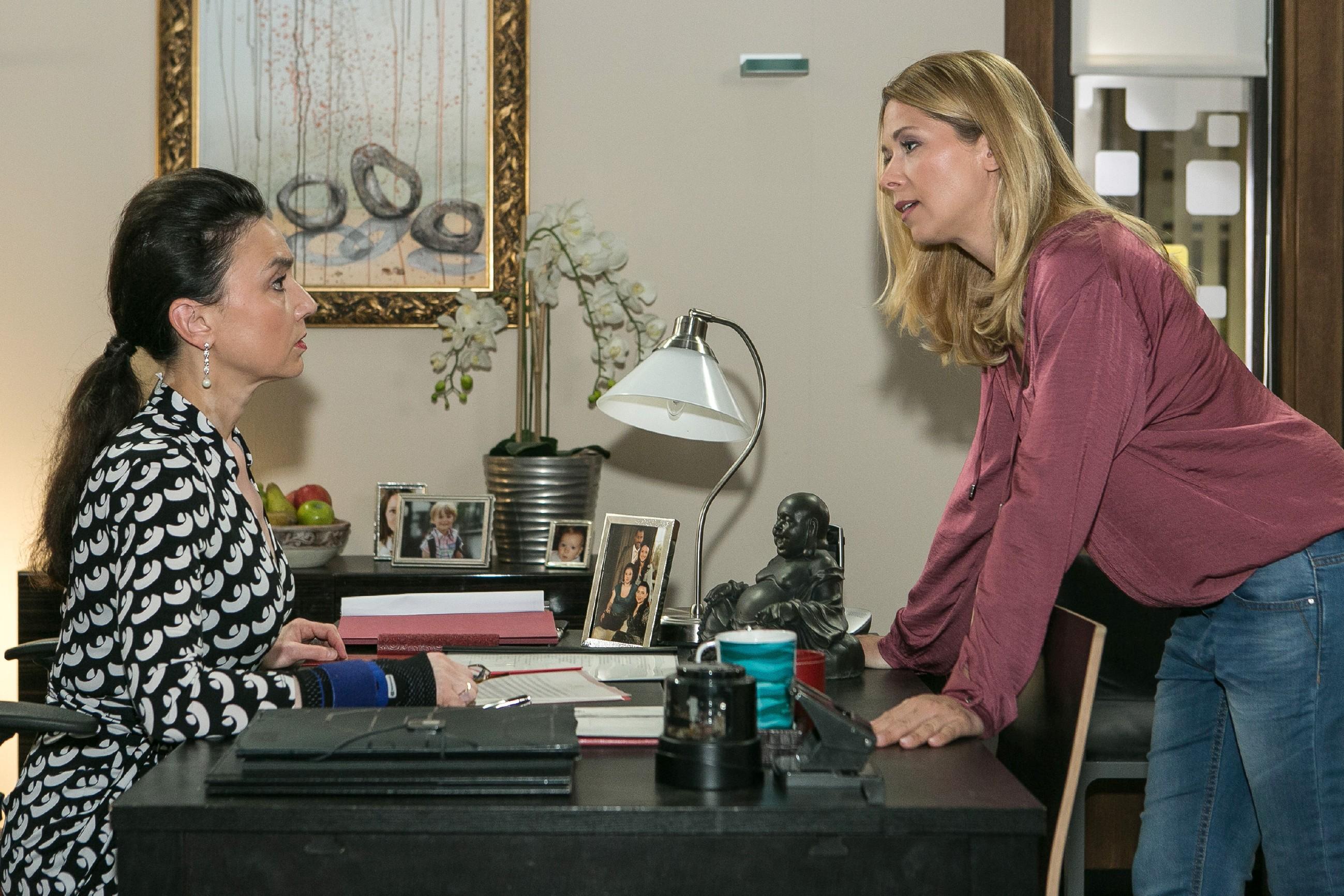 """Diana (Tanja Szewczenko, r.) konfrontiert Simone (Tatjana Clasing) mit ihrer Vermutung, dass eine """"Jenny-Intrige"""" hinter Maries Festnahme steckt. (Quelle: RTL / Kai Schulz)"""
