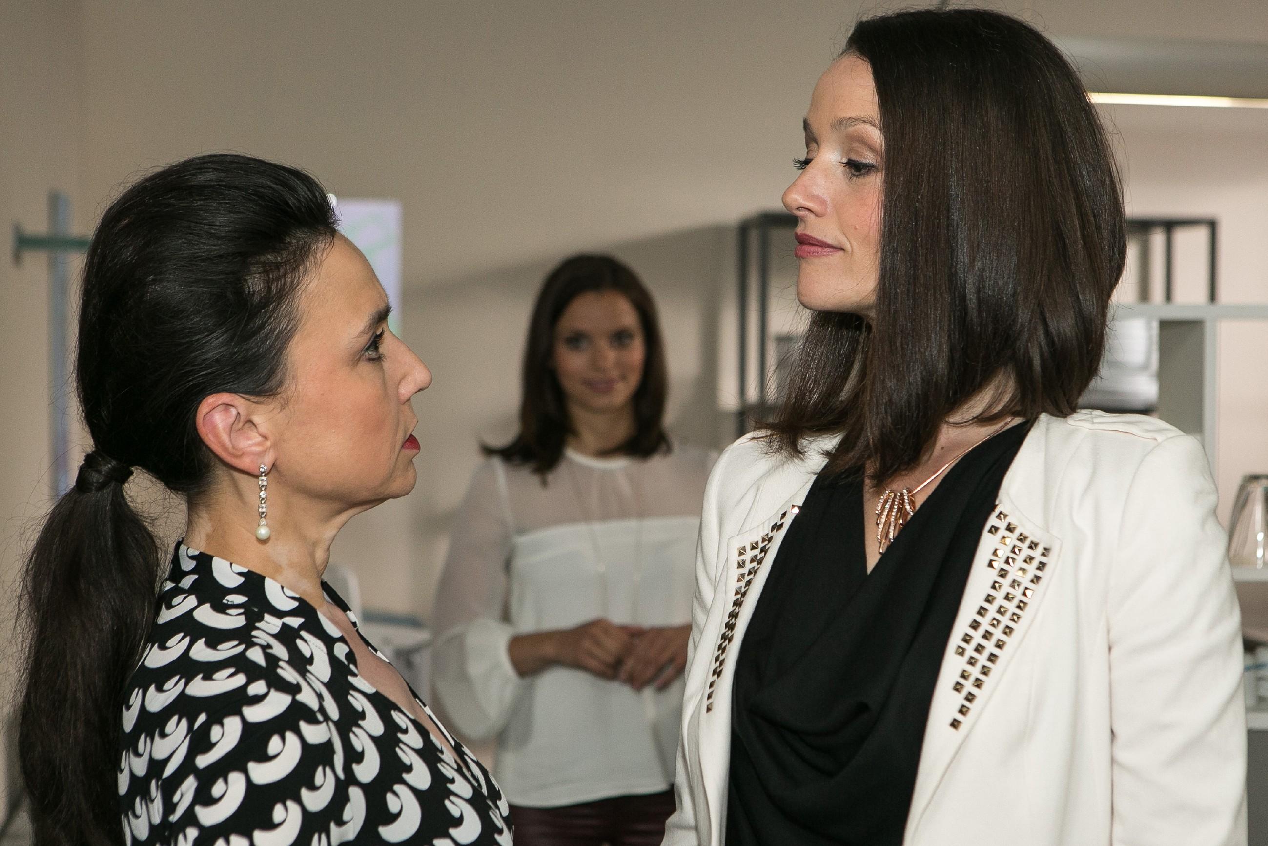 Michelle (Franziska Benz, hinten) bekommt bei einem Gespräch zwischen Simone (Tatjana Clasing, l.) und Jenny (Kaja Schmidt-Tychsen) mit, dass sie mit ihrer Aussage offenbar die Konkurrentin aus dem Weg geräumt hat. (Quelle: RTL / Kai Schulz)