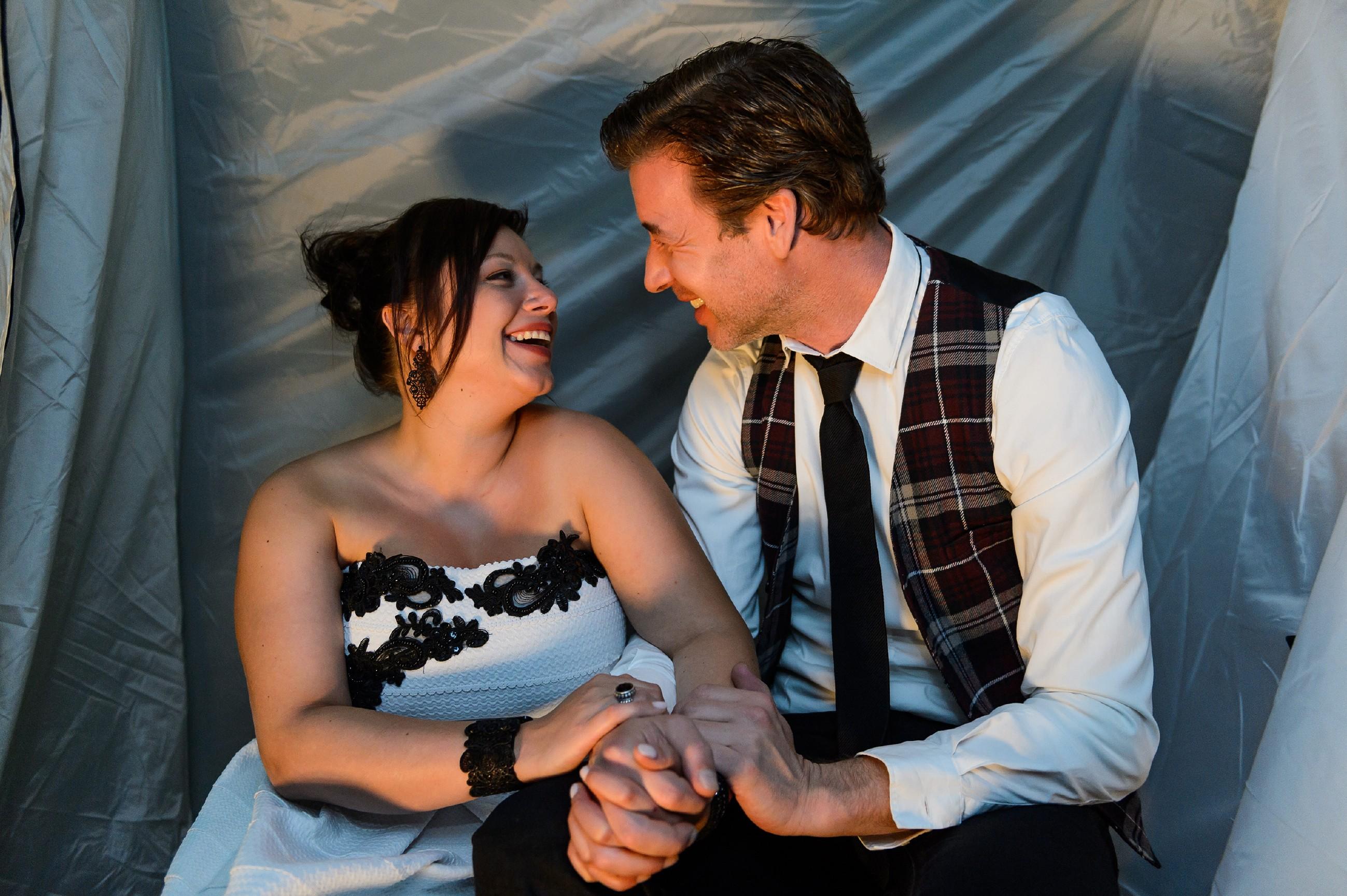 Vanessa (Julia Augustin) und Christoph (Lars Korten) genießen ihr Glück als frisch getrautes Ehepaar. (Quelle: RTL / Willi Weber)