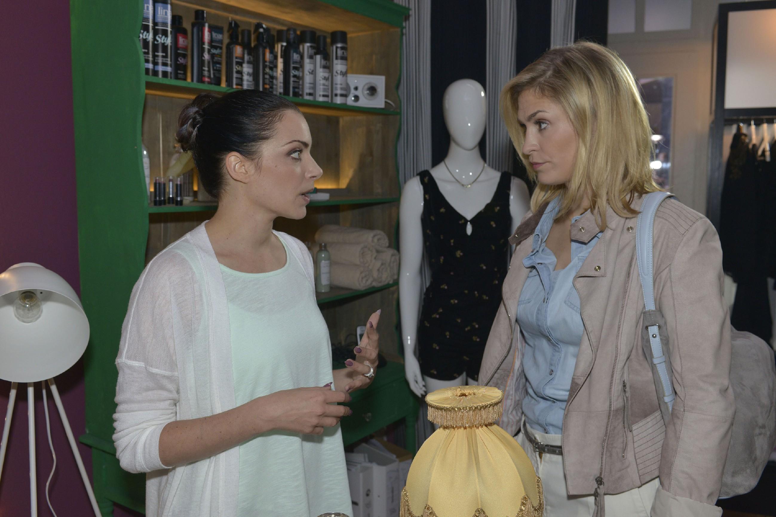 Emily (Anne Menden, l.) kann nicht verstehen, dass Sophie (Lea Marlen Woitack) Tussi Attack verlassen möchte, um das Angebot von City Stylz anzunehmen. (Quelle:RTL / Rolf Baumgartner)