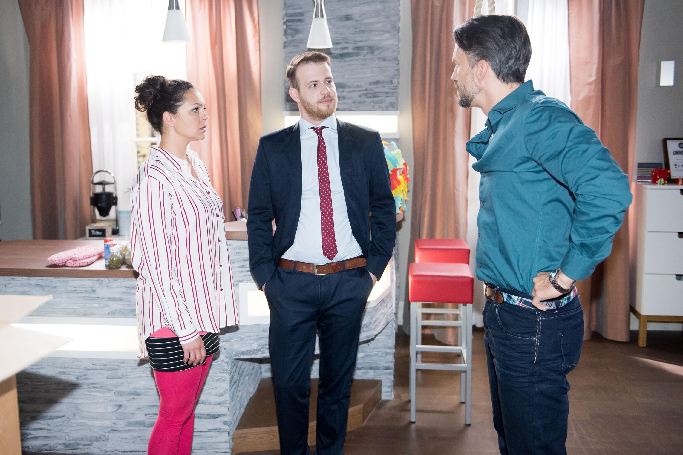 Fiona (Olivia Burkhart) und Ringo (Timothy Boldt) spionieren Benedikt aus, um bei passender Gelegenheit bei den Hubers einsteigen zu können. (Quelle: RTL / Stefan Behrens)