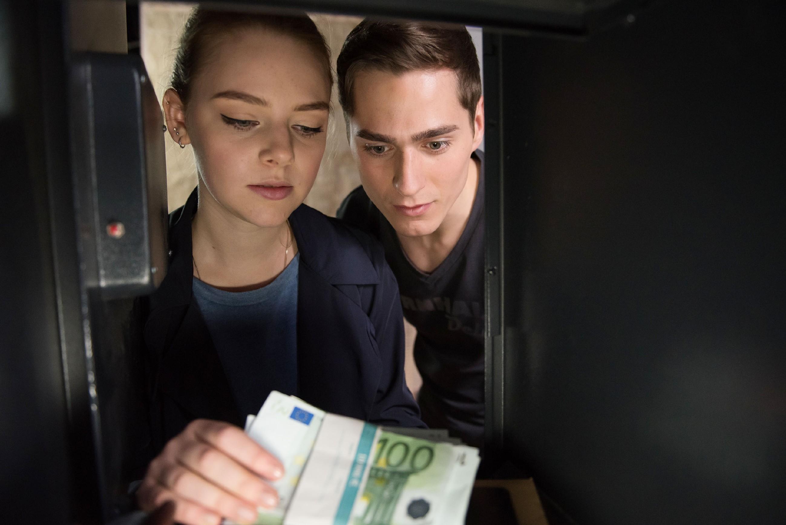 Fiona (Olivia Burkhart) hat mit Ringo (Timothy Boldt) den Safe geknackt, muss jedoch zu ihrem Entsetzen feststellen, dass dieser fast leer ist und Benedikt ihr Geld offenbar an einem anderen Ort versteckt hat. (Quelle: RTL / Stefan Behrens)