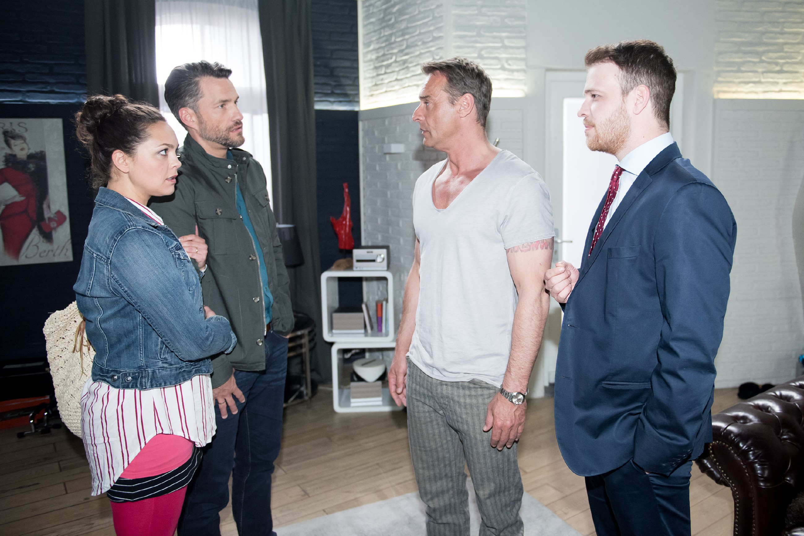 Rufus (Kai Noll, 2.v.r.) und Tobias (Patrick Müller, r.) sind schwer erleichtert, als Caro (Ines Kurenbach) ihnen im Beisein von Malte (Stefan Bockelmann) ankündigt, für Rufus auszusagen... (Quelle: RTL / Stefan Behrens)