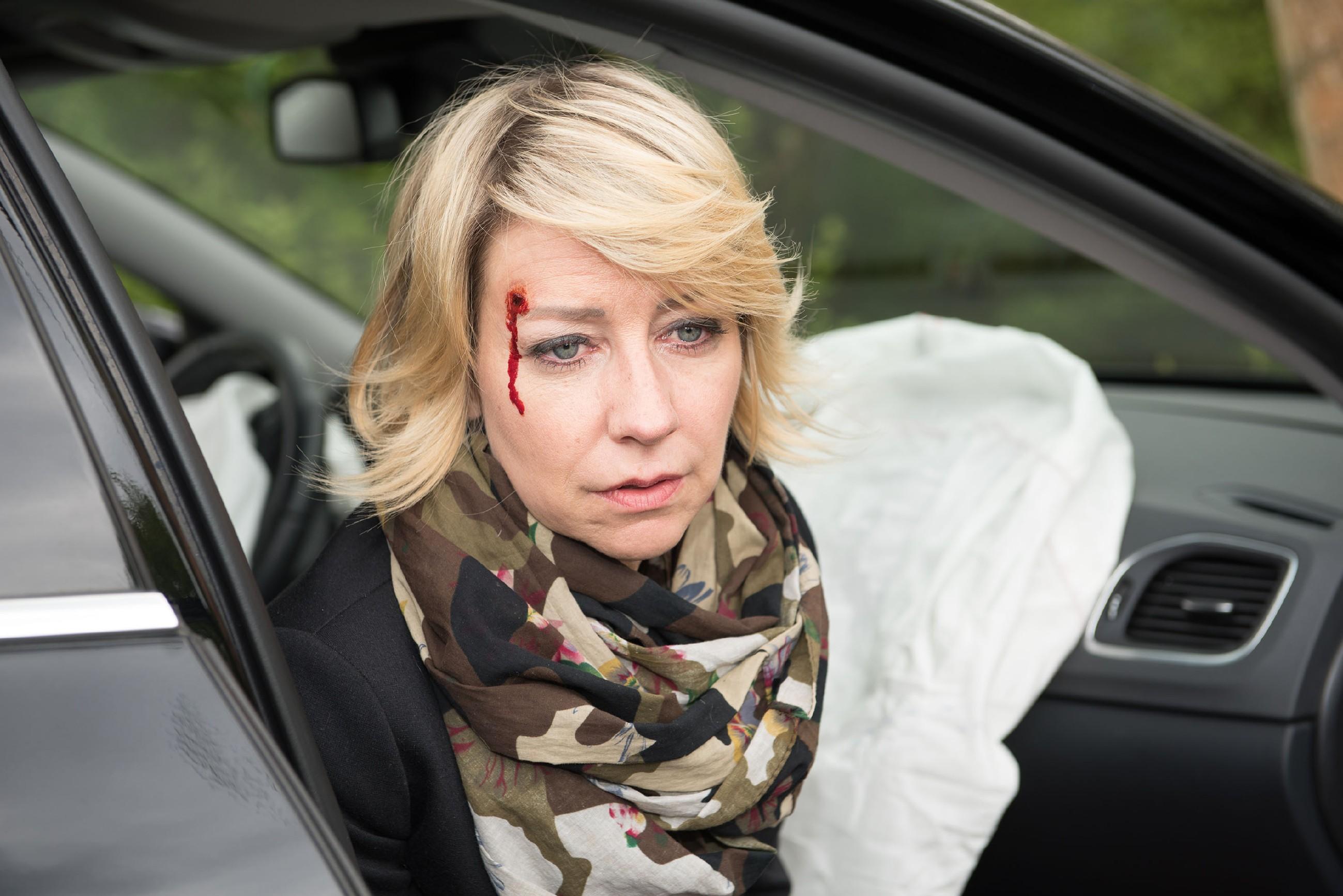 Ute (Isabell Hertel) ist nach dem Unfall noch völlig benommen, doch sie und Till können froh sein, dass ihnen - außer ein paar Schrammen - nichts Schlimmeres zugestoßen ist. (Quelle: RTL / Stefan Behrens)