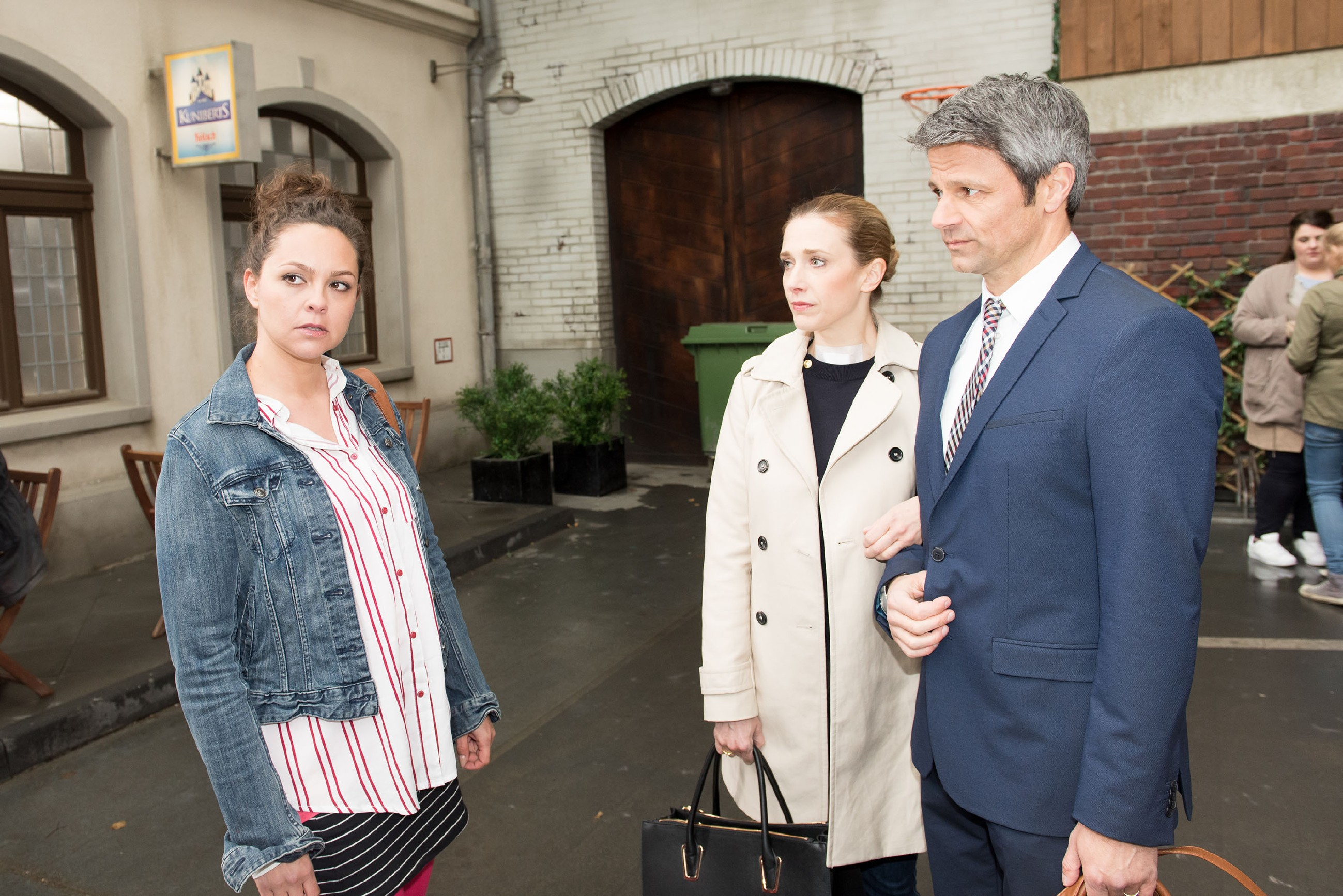 Caro (Ines Kurenbach, l.) trifft auf Andrea (Kristin Meyer) und Benedikt (Jens Hajek) und erfährt von der arglosen Andrea, dass Jule ihren Mathekurs geschwänzt hat. (Quelle: RTL / Stefan Behrens)