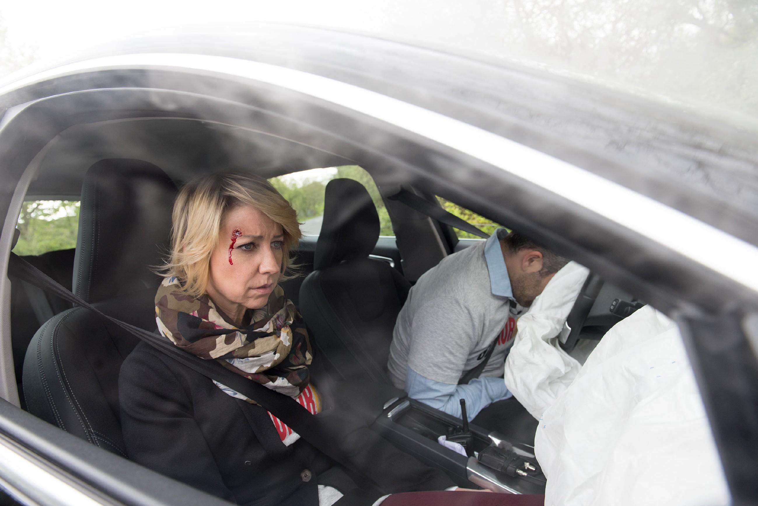 Als Ute (Isabell Hertel) nach dem Autounfall mit Till (Ben Ruedinger) zur Besinnung kommt, erinnert sie sich schlagartig, wie es zu dem Unfall gekommen ist... (Quelle: RTL / Stefan Behrens)