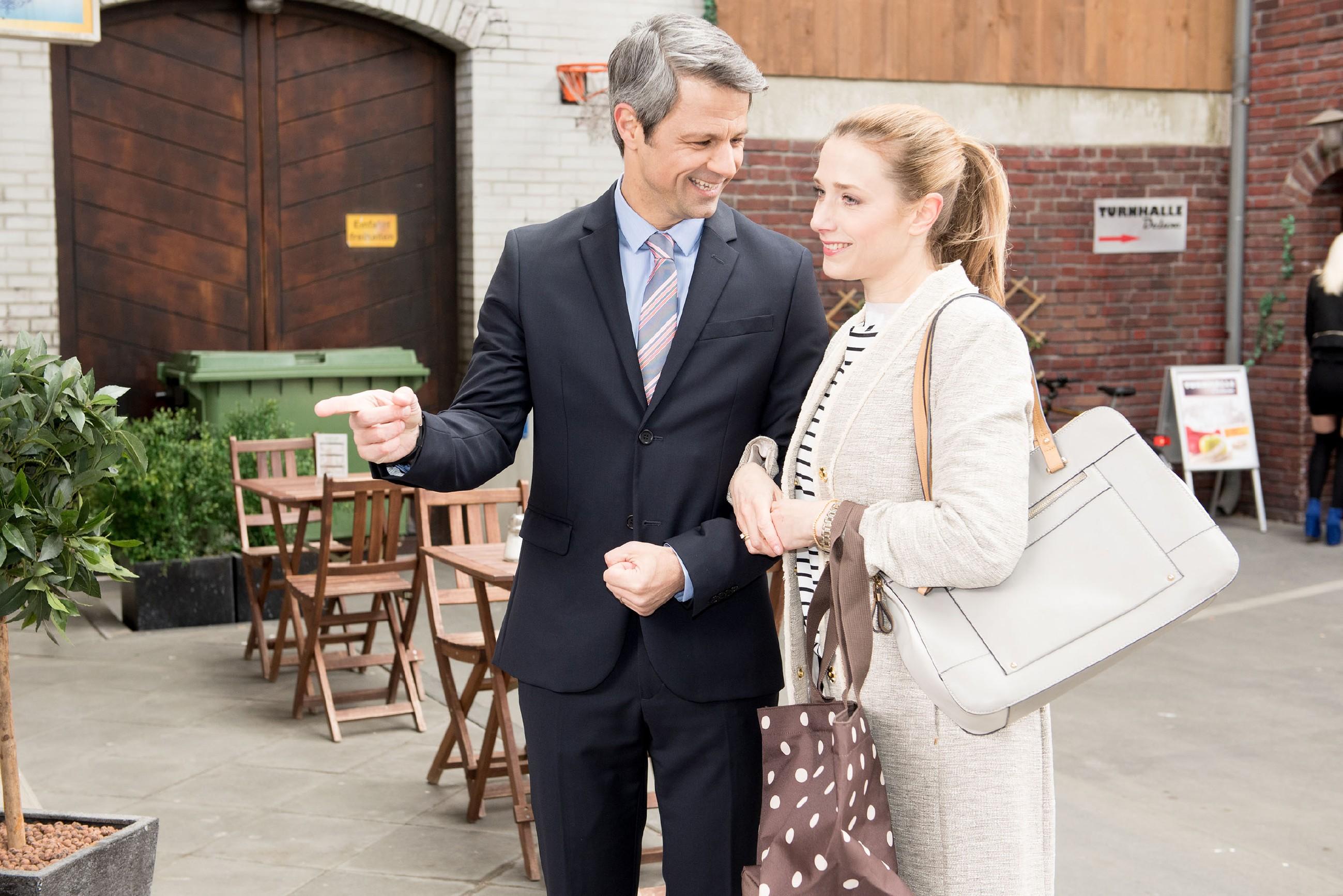 Als Benedikt (Jens Hajek) Andrea (Kristin Meyer) zum Familienessen ins Schiller einlädt, ist seine Frau wieder besänftigt. (Quelle: RTL / Stefan Behrens)