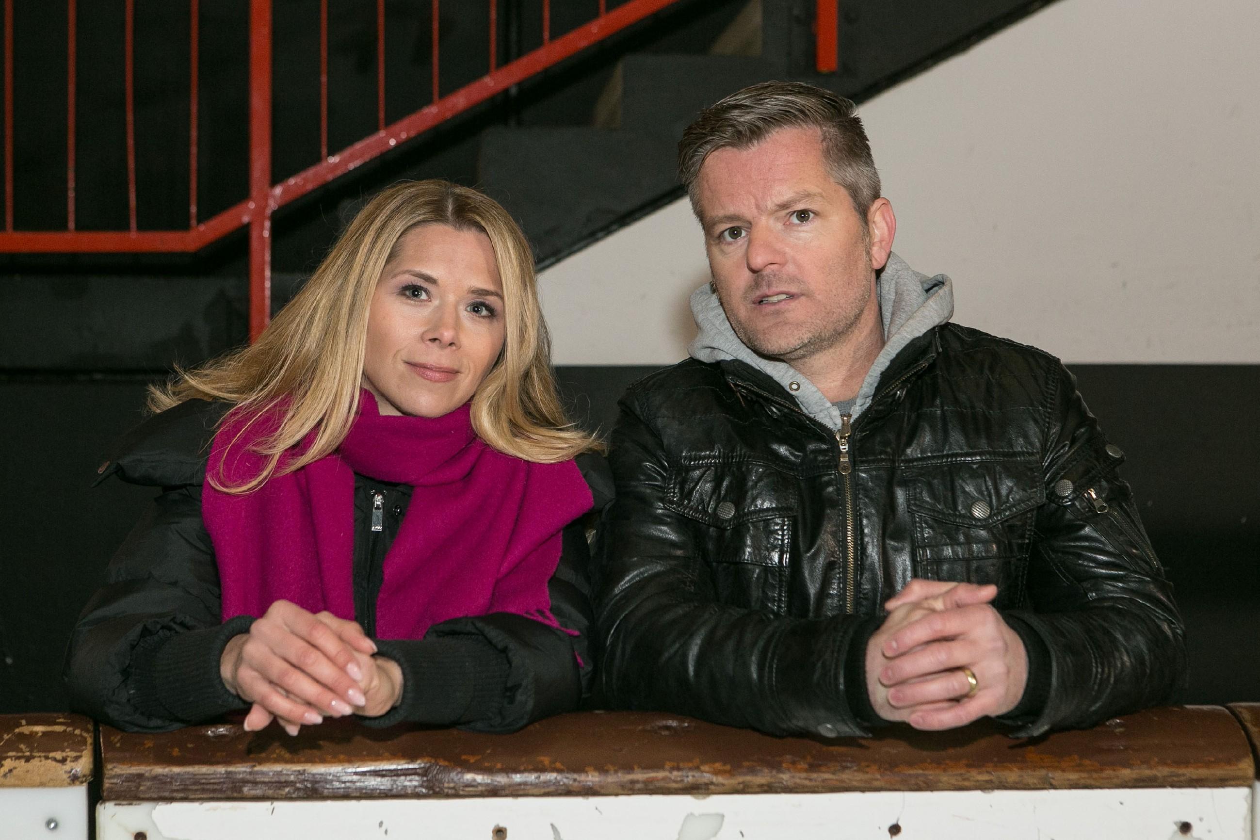 Diana (Tanja Szewczenko) und Ingo (André Dietz) hoffen, dass Marie nach ihrem Horrortag ihre Leistung abrufen und den BDE auf dem Eis überzeugen kann. (Quelle: RTL / Kai Schulz)