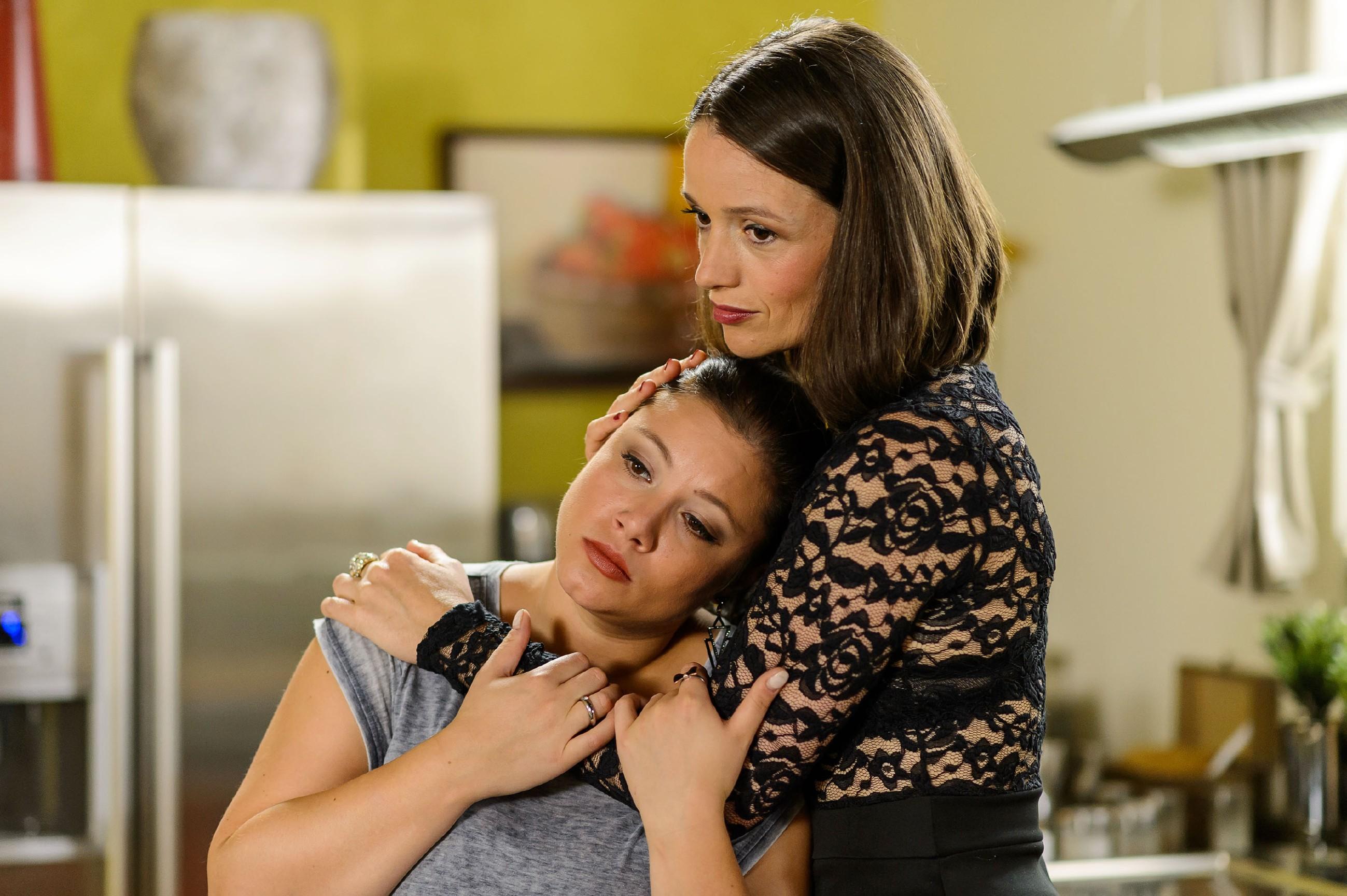 Jenny (Kaja Schmidt-Tychsen, r.) fängt Vanessa (Julia Augustin) in ihrer Sorge um ihr Baby auf. (Quelle: RTL / Willi Weber)