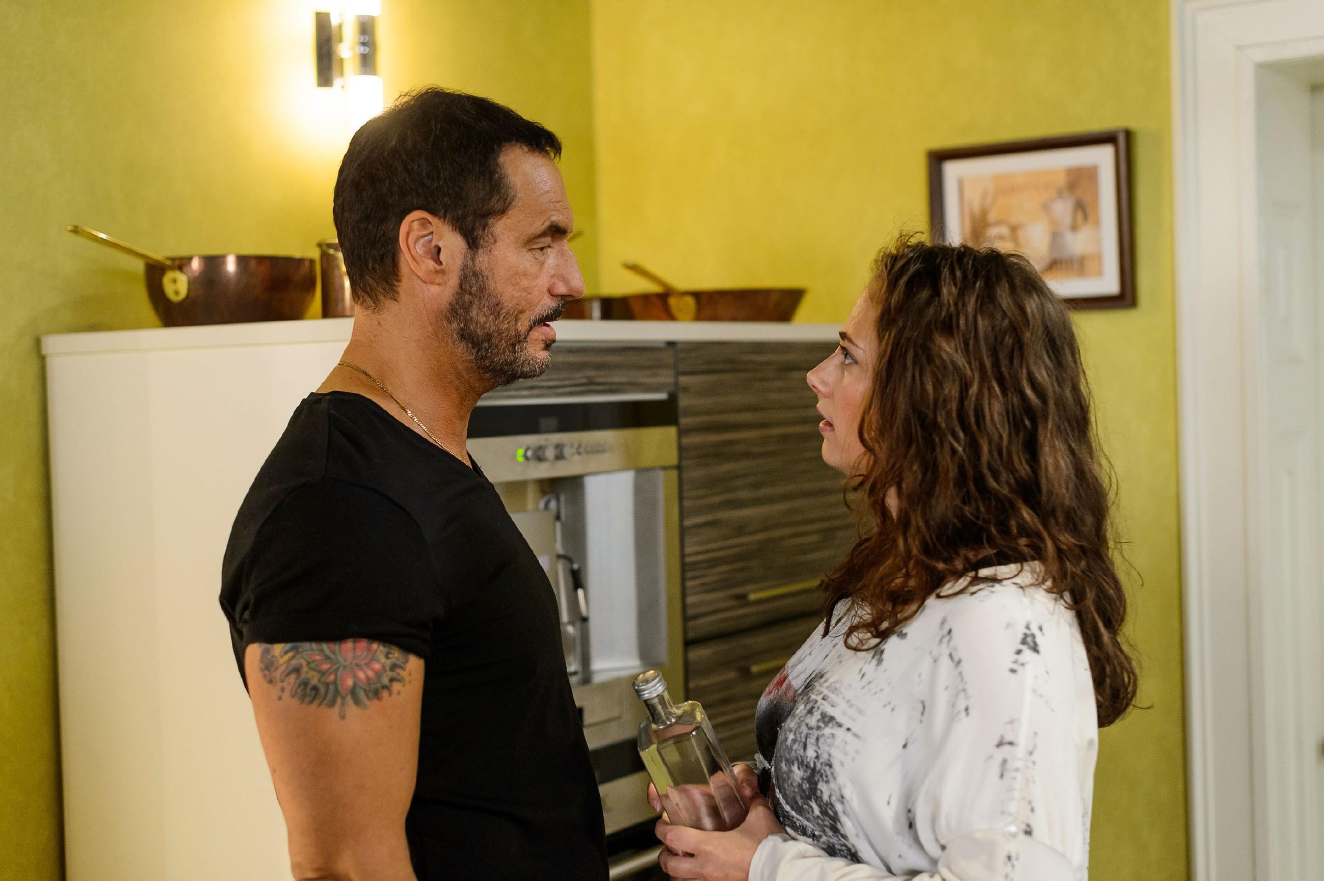 Richard (Silvan-Pierre Leirich) versucht sich Carmen (Heike Warmuth) gegenüber sein angekratztes Ego nicht anmerken zu lassen. (Quelle: RTL / Willi Weber)