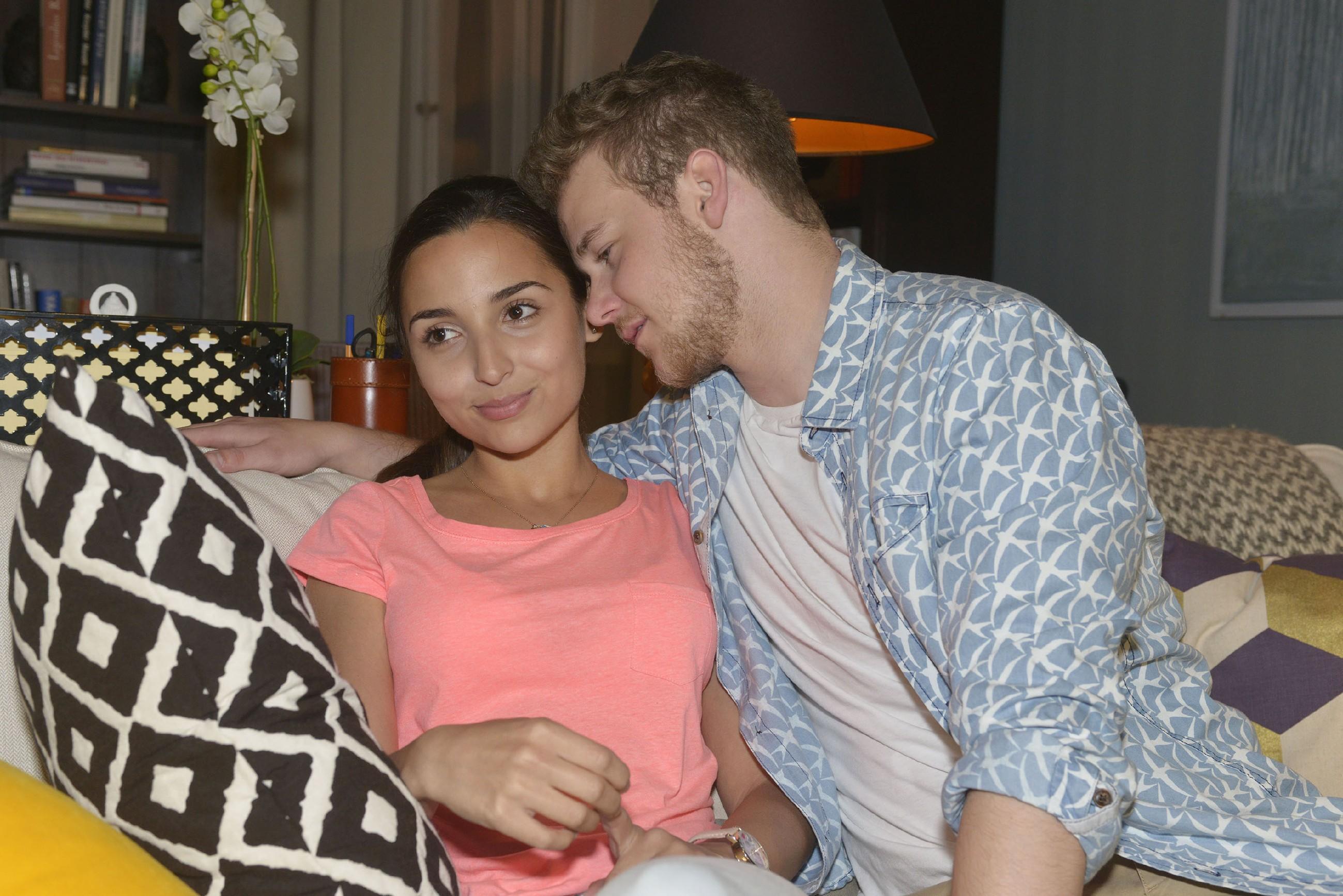 """Selma (Rona Özkan) ist erleichtert und verliebter denn je, als Jonas (Felix van Deventer) sich bei dem Thema """"erstes Mal"""" verständnisvoll zeigt. (Quelle:RTL / Rolf Baumgartner)"""