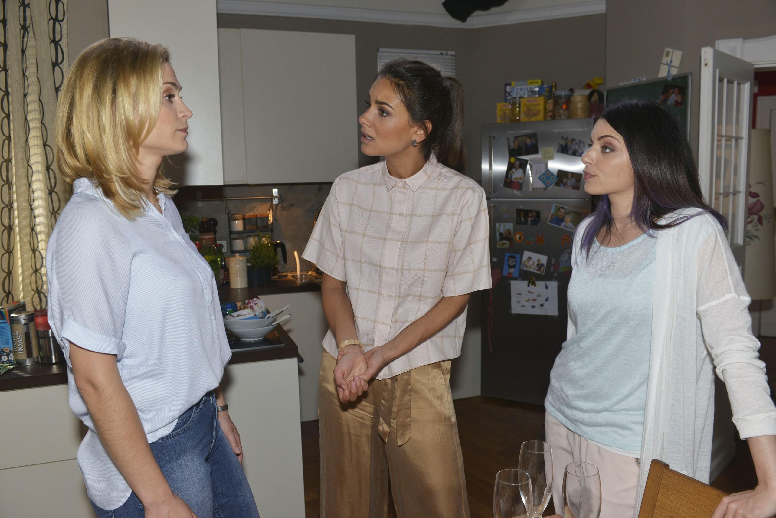 Als Sophie (Lea Marlen Woitack, l.) Jasmin (Janina Uhse, M.) und Emily (Anne Menden) von dem Jobangebot und ihren Verhandlungen mit City Stylz erzählt, wirft Emily Sophie Verrat vor... (Quelle:RTL / Rolf Baumgartner)