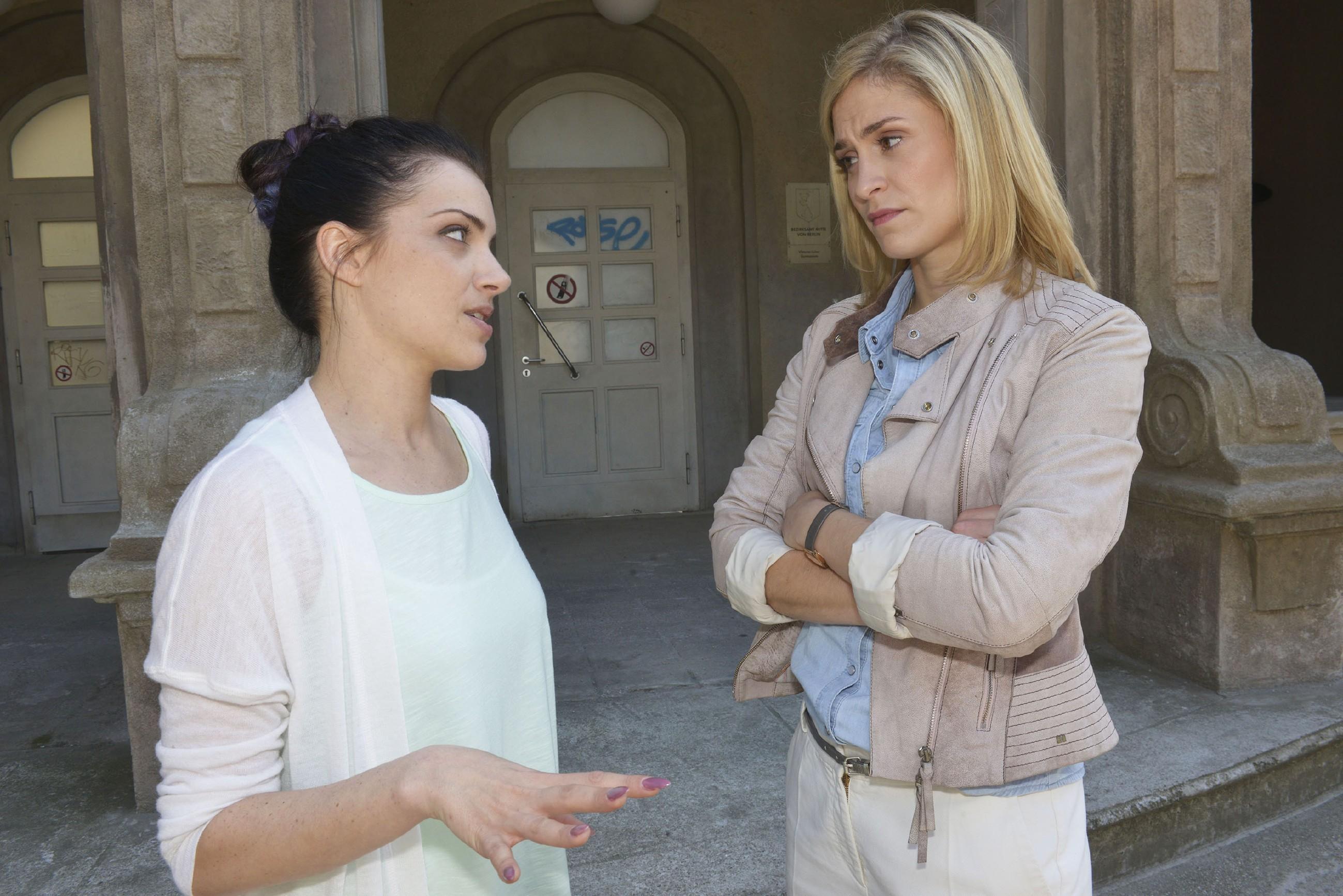 Emily (Anne Menden, l.) droht Sophie (Lea Marlen Woitack) unverhohlen mit dem Ende ihrer Freundschaft, wenn sie den Job bei City Stylz annimmt. (Quelle:RTL / Rolf Baumgartner)