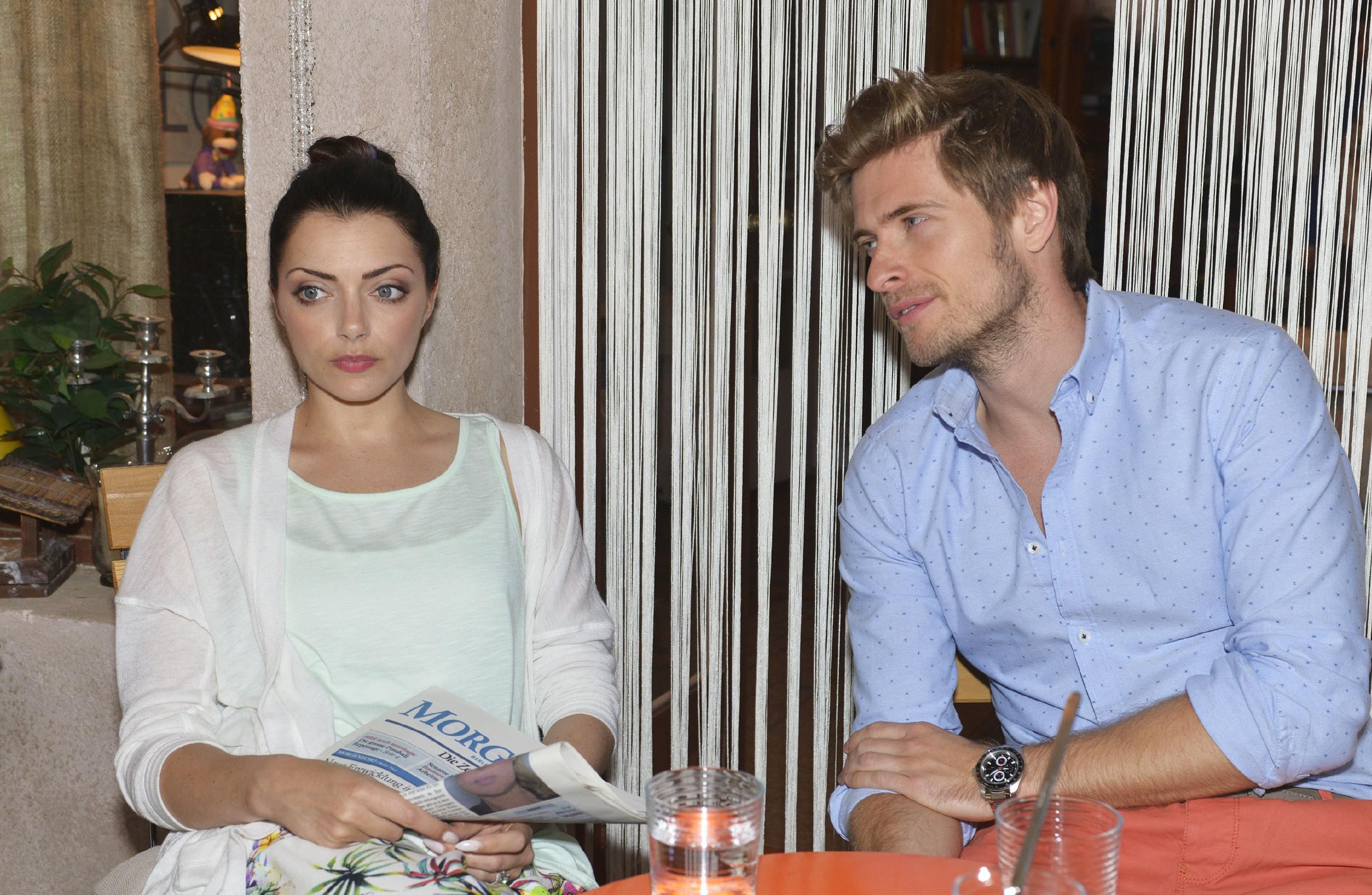 Philip (Jörn Schlönvoigt) gegenüber gibt Emily (Anne Menden) zu, wie sehr ihr die Ereignisse der letzten Zeit zusetzen und wie sehr sie sich wünscht, dass wieder Ruhe in Kates und ihr Leben einkehrt. (Quelle:RTL / Rolf Baumgartner)