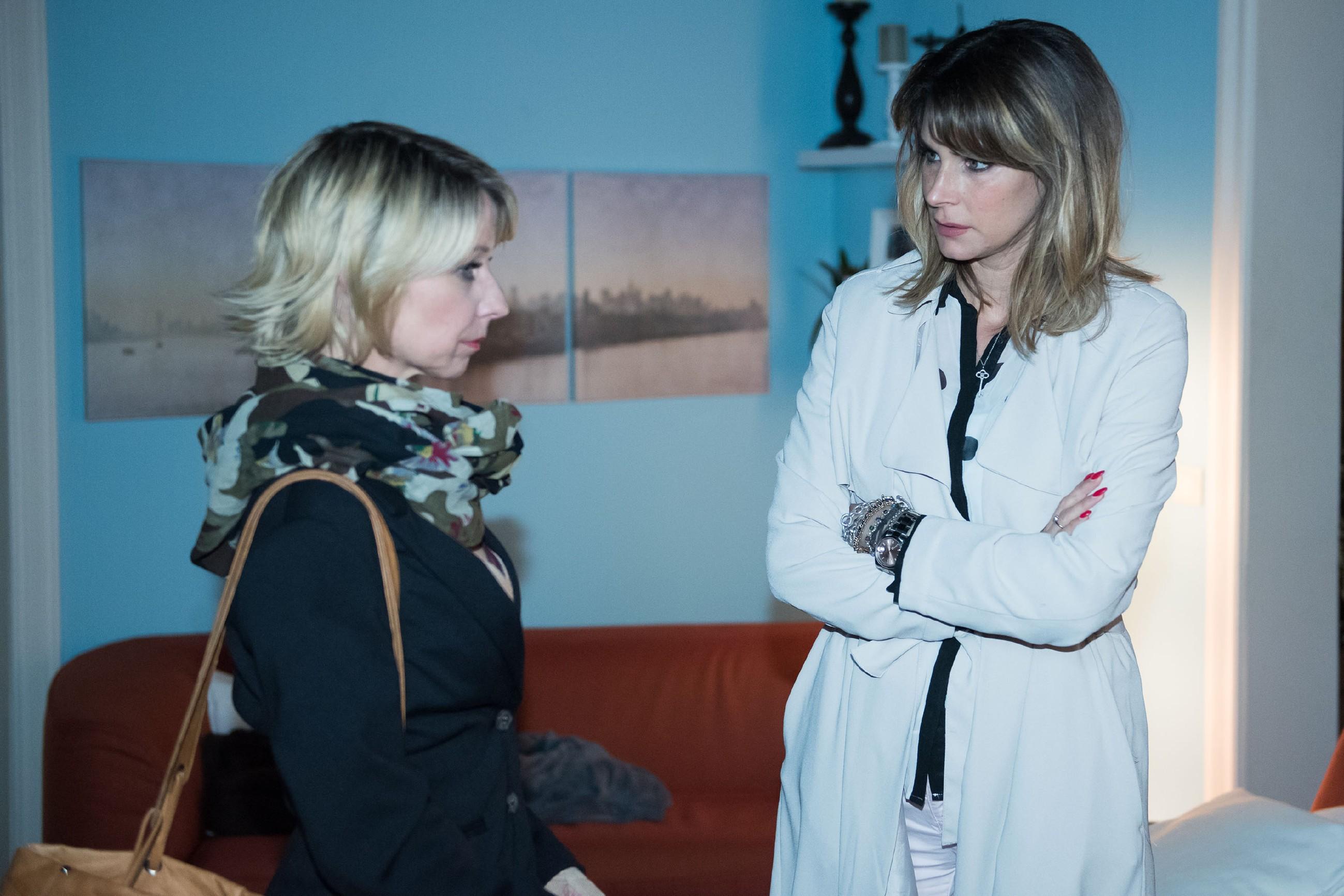 Eva (Claudelle Deckert, r.) kündigt Ute (Isabell Hertel) tief enttäuscht die Freundschaft. (Quelle: RTL / Stefan Behrens)