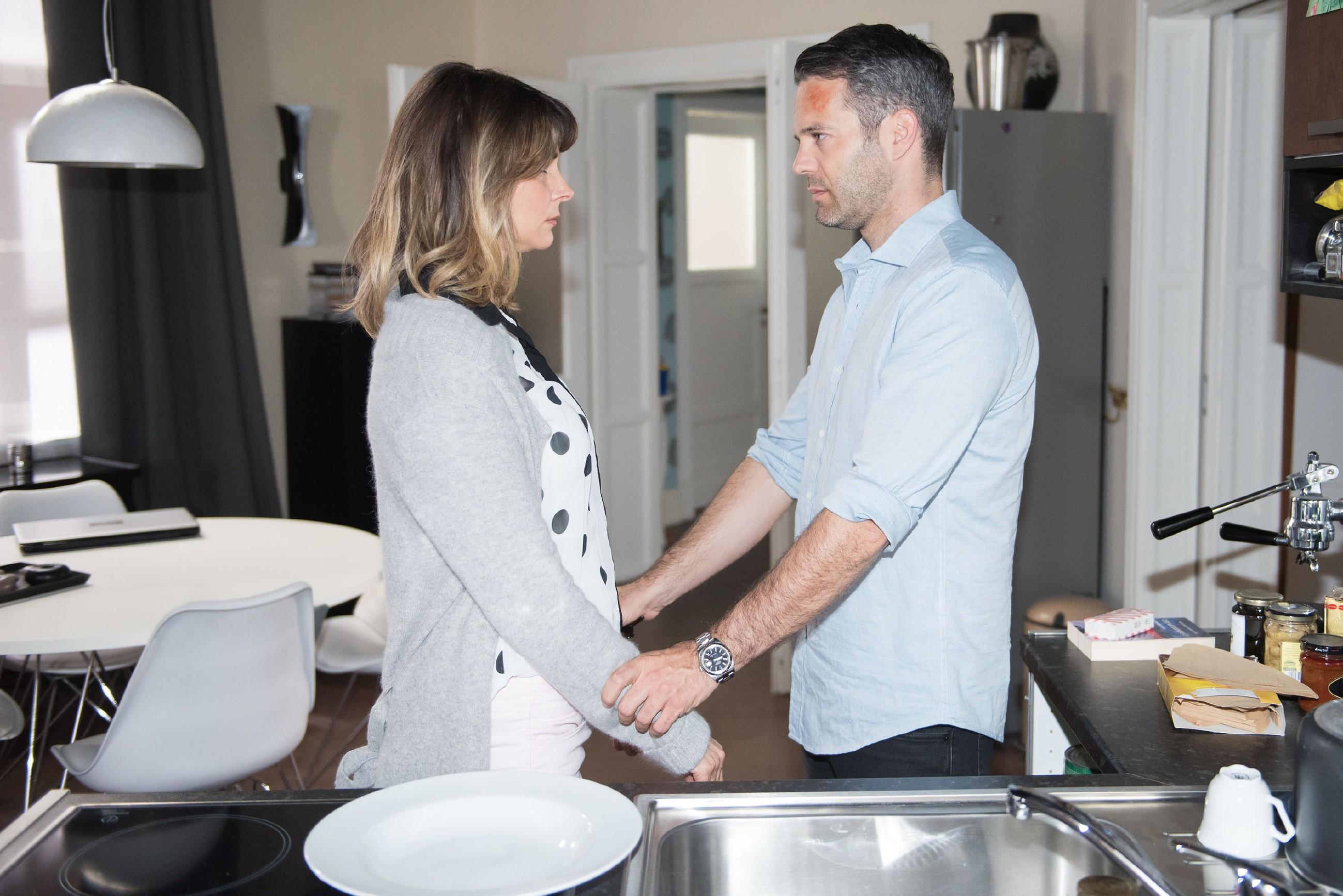Eva (Claudelle Deckert) will nicht glauben, dass Till (Ben Ruedinger) sie mit Ute betrogen hat. Als ihr klar wird, dass Till nicht scherzt, ist sie außer sich vor Wut... (Quelle: RTL / Stefan Behrens)