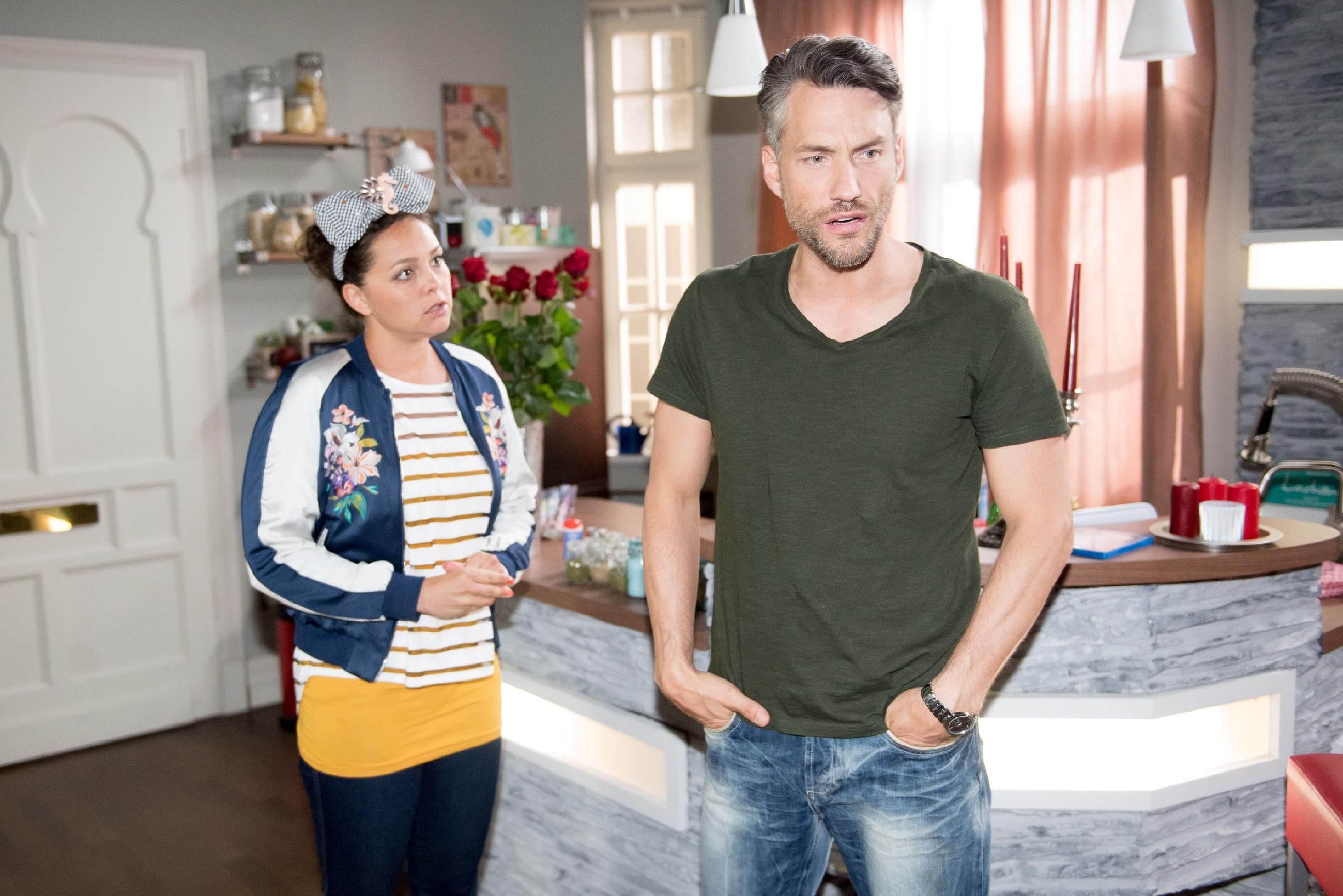 Caro (Ines Kurenbach) muss schuldbewusst die Vorwürfe des tief enttäuschten Malte (Stefan Bockelmann) über sich ergehen lassen. (Quelle: RTL / Stefan Behrens)