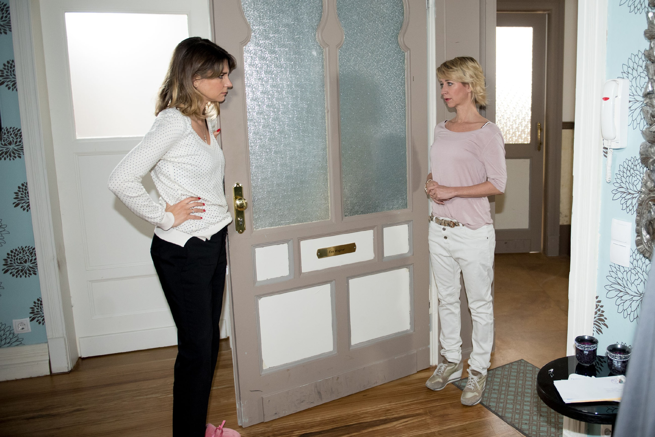 Eva (Claudelle Deckert, l.) gibt Ute (Isabell Hertel) keine Chance, sich für ihren Seitensprung mit Till zu entschuldigen. (Quelle: RTL / Stefan Behrens)