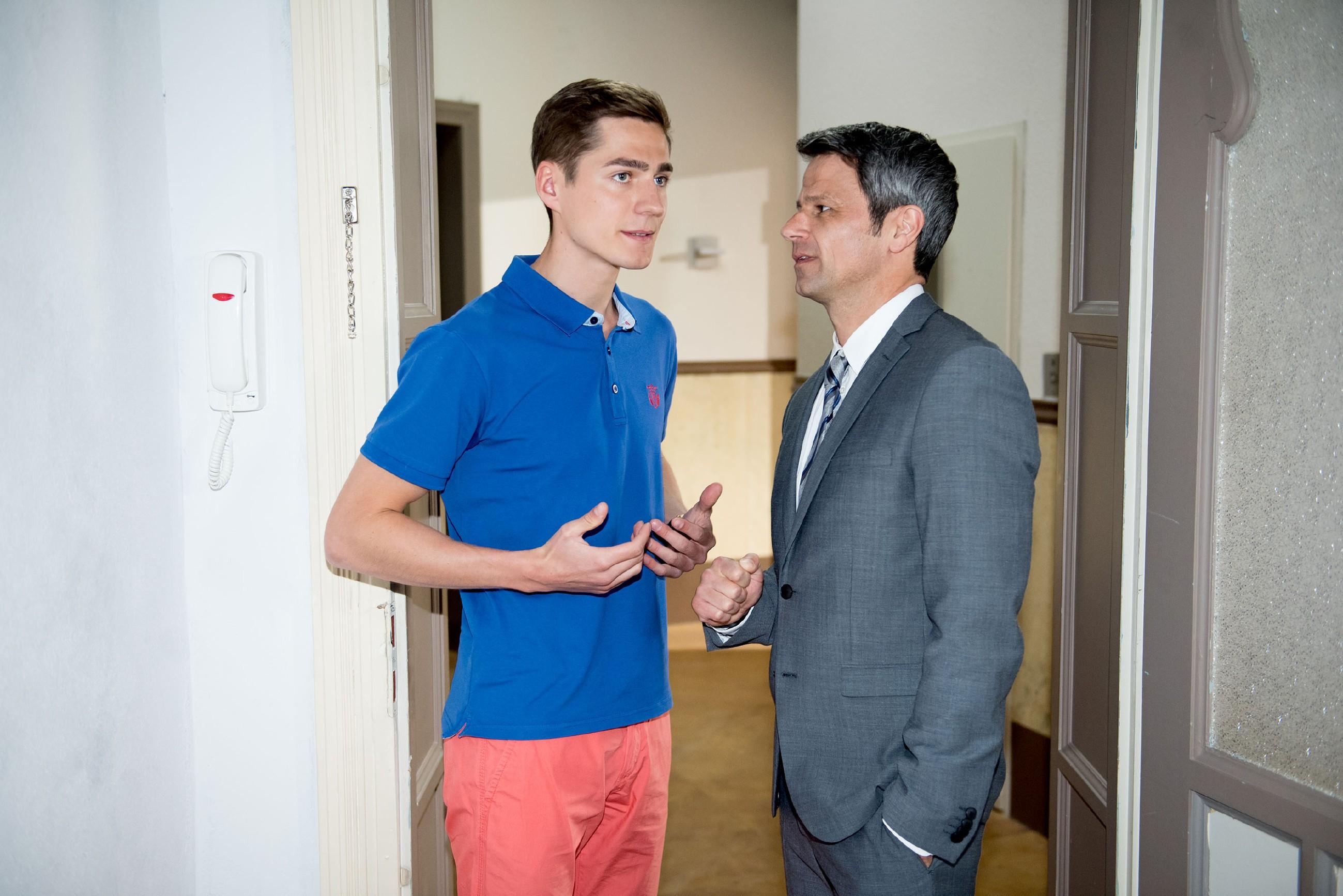 Ringo (Timothy Boldt, l.) scheint sich auf Benedikts (Jens Hajek) Seite zu schlagen, als er ihm einen Deal vorschlägt... (Quelle: RTL / Stefan Behrens)