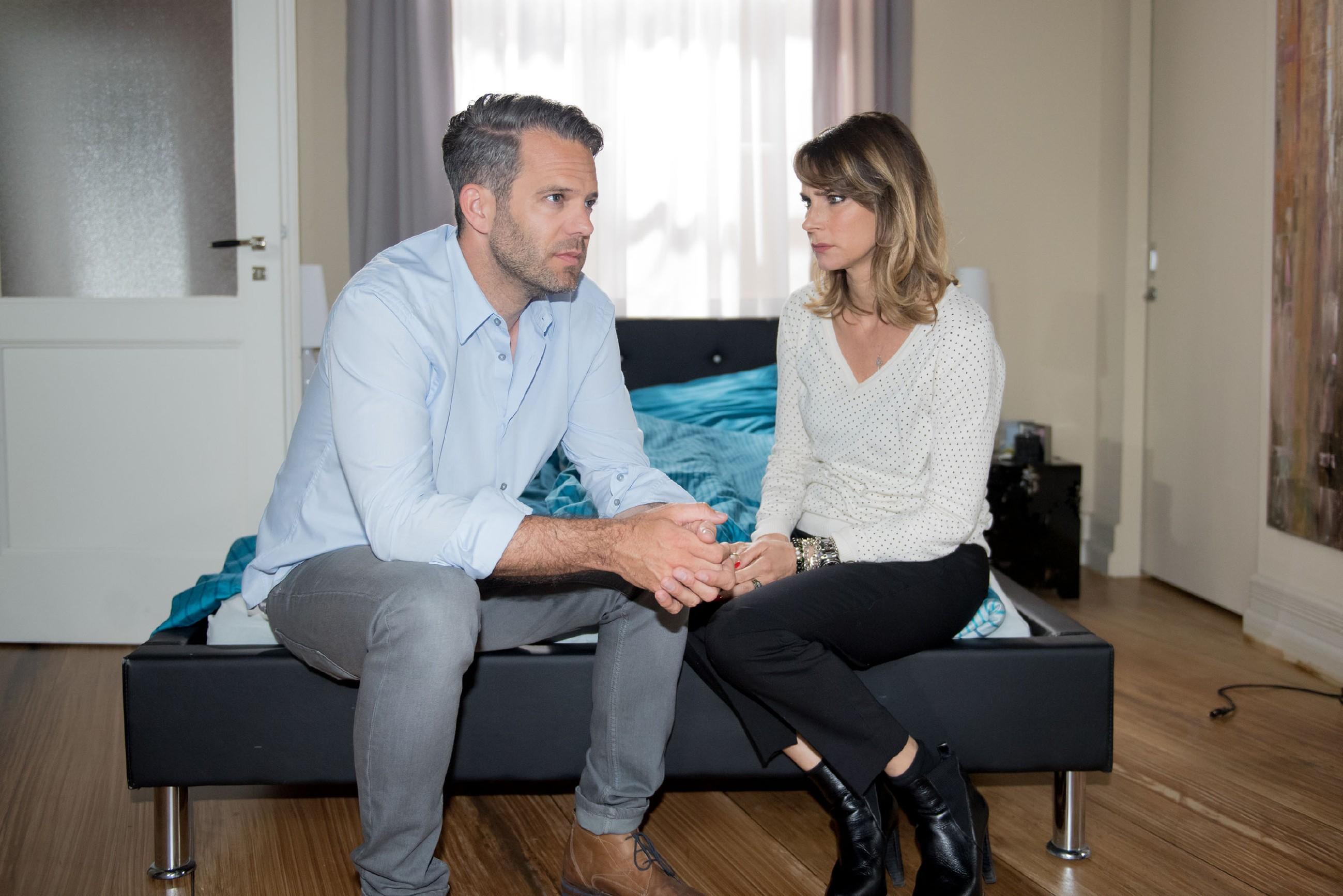 Eva (Claudelle Deckert) ist tief verletzt und weiß nicht, ob sie Till (Ben Ruedinger) den Seitensprung verzeihen kann. (Quelle: RTL / Stefan Behrens)