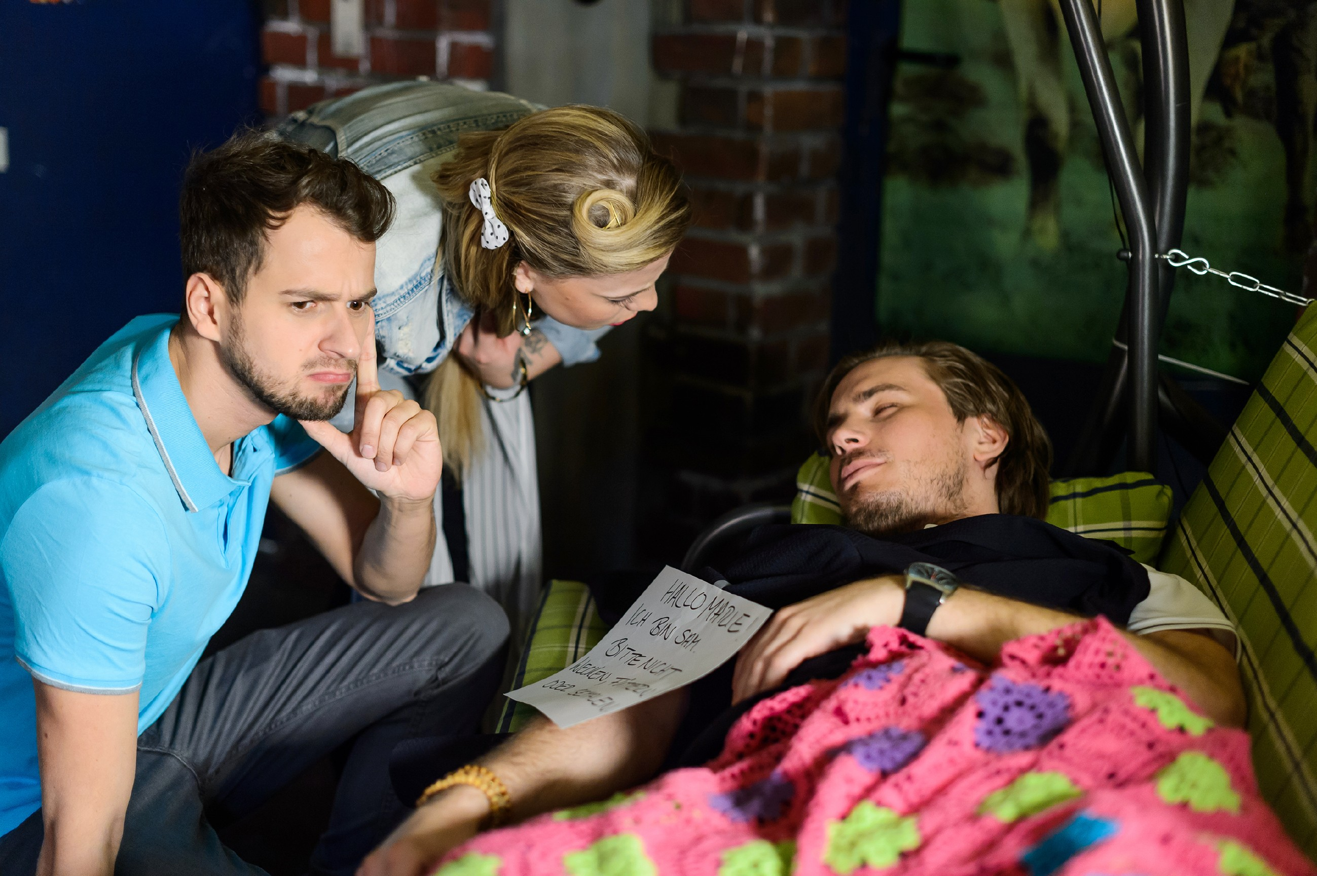 Während Sam (Alexander Milz, r.) seinen Rausch auf der Hollywoodschaukel ausschläft, sind sich Tobi (Michael Jassin, l.) und Iva (Christina Klein) einig, dass Marie ohne Leo besser dran ist.