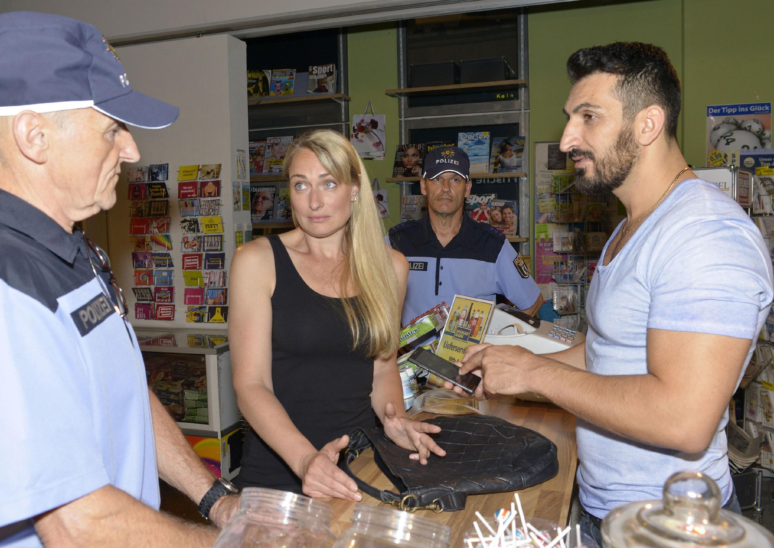 Maren (Eva Mona Rodekirchen) gerät vor Mesut (Mustafa Alin, r.) und zwei Polizisten (Komparsen) in eine missverständliche Situation... (Quelle: RTL / Rolf Baumgartner)