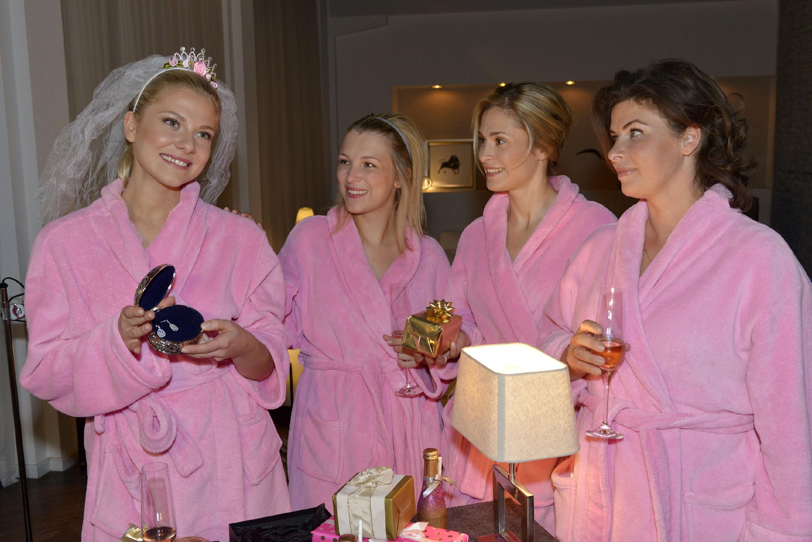 V.l. Sunny (Valentina Pahde) genießt mit Lilly (Iris Mareike Steen), Sophie (Lea Marlen Woitack) und Vanessa (Anne Brendler) ihren Junggesellinnenabschied. (Quelle: RTL / Rolf Baumgartner)
