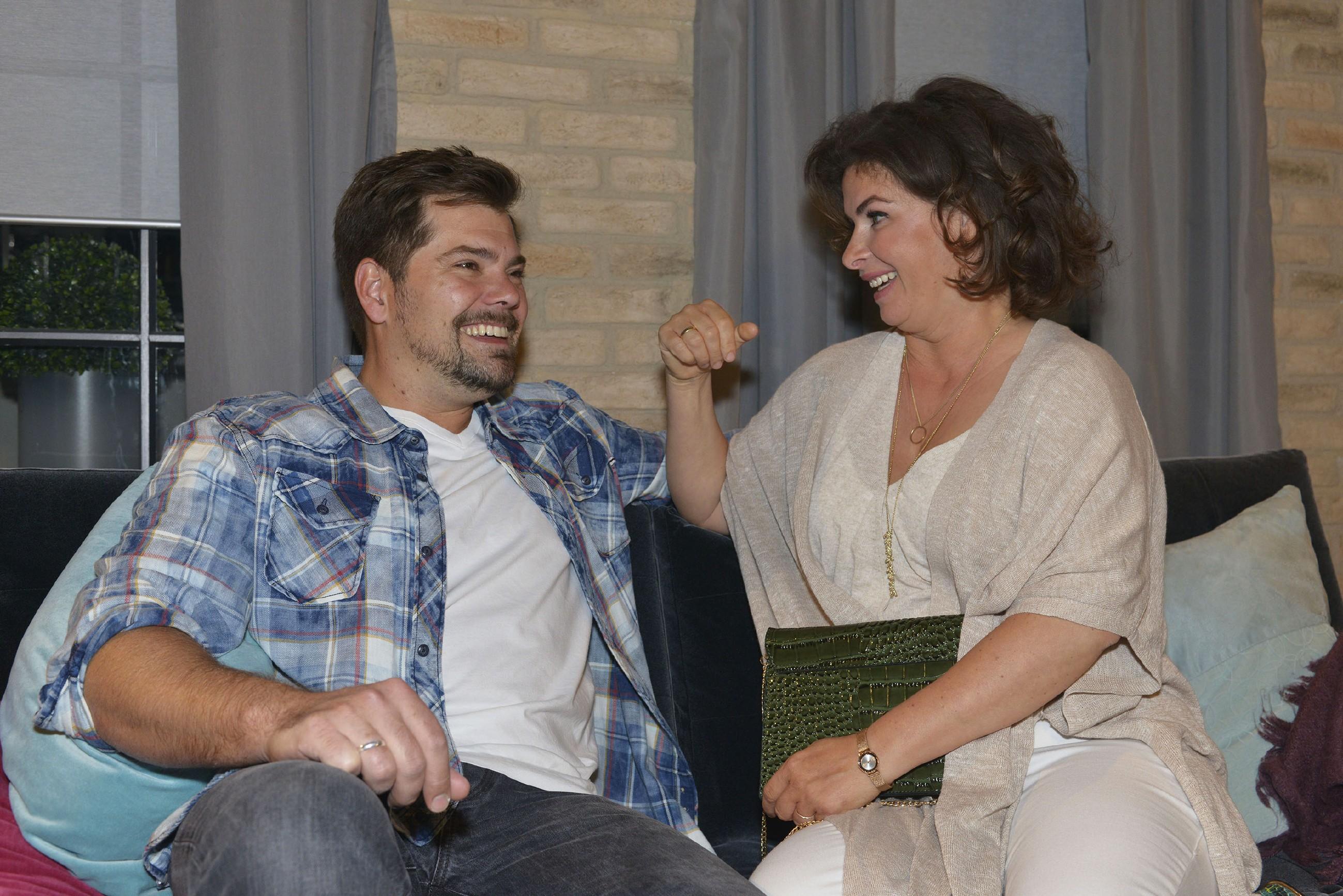 Leon (Daniel Fehlow) und Vanessa (Anne Brendler) sind zuversichtlich, dass die Ehe von Vince und Sunny glücklich wird. (Quelle: RTL / Rolf Baumgartner)
