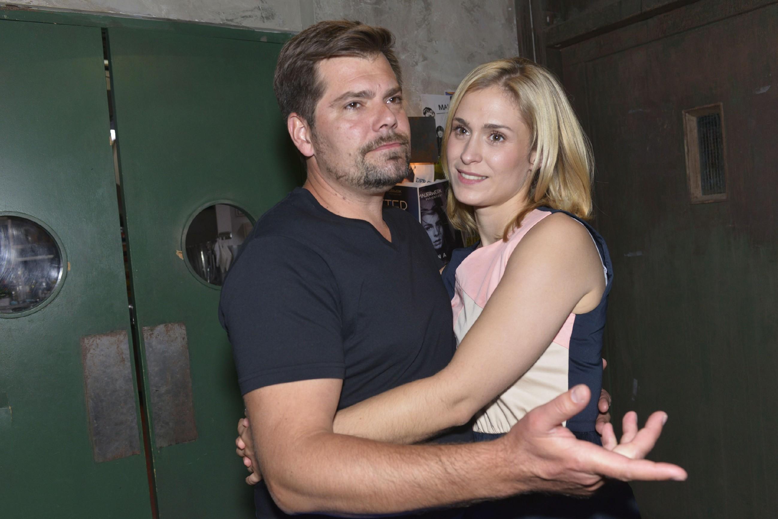 Sophie (Lea Marlen Woitack) freut sich sehr, dass Leon (Daniel Fehlow) Vince noch eine Chance geben will. (Quelle: RTL / Rolf Baumgartner)