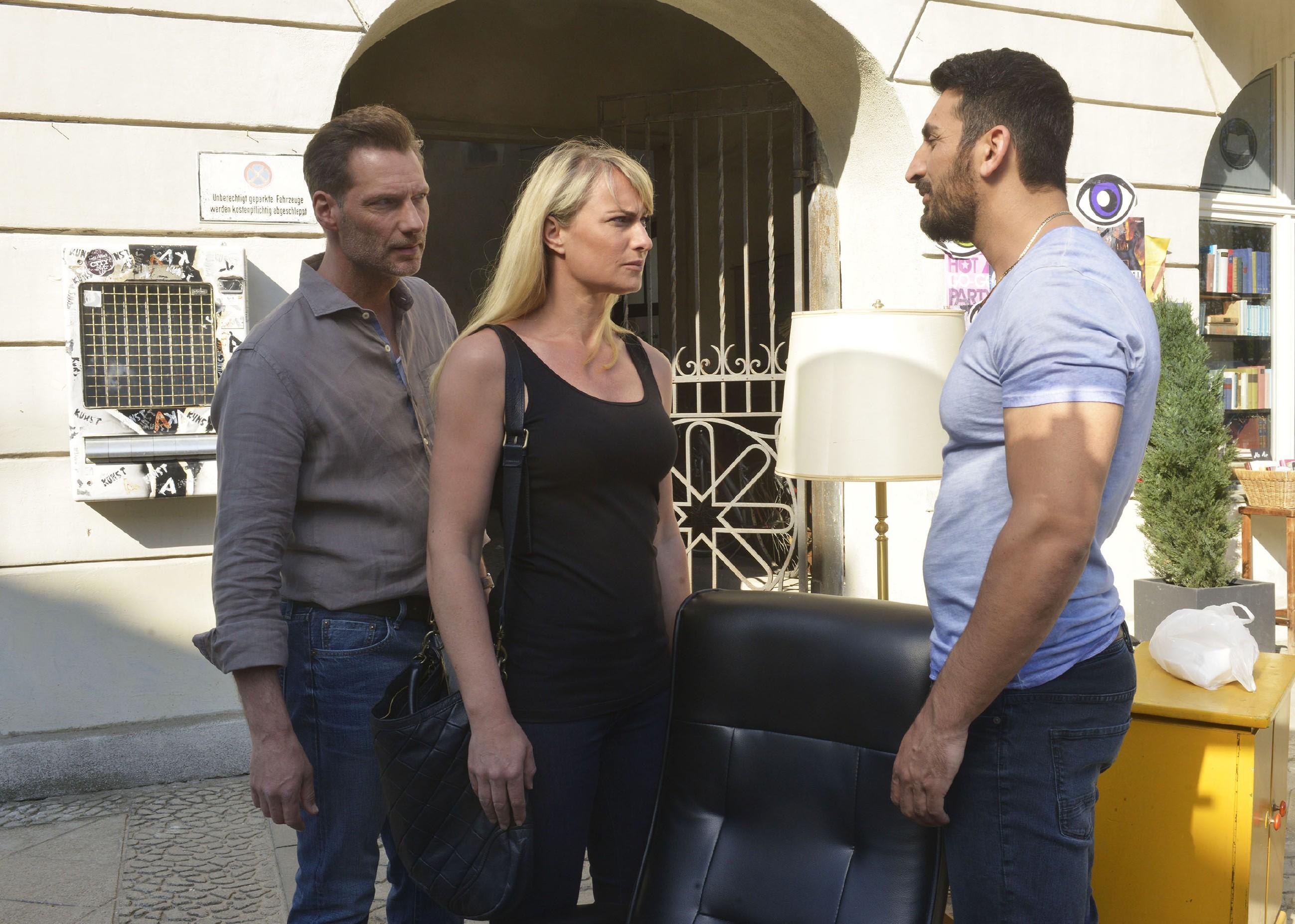 Alexander (Clemens Löhr, l.), Maren (Eva Mona Rodekirchen) und Mesut (Mustafa Alin) streiten sich um einen Massagesessel, den sie beim Sperrmüll entdeckt haben. (Quelle: RTL / Rolf Baumgartner)