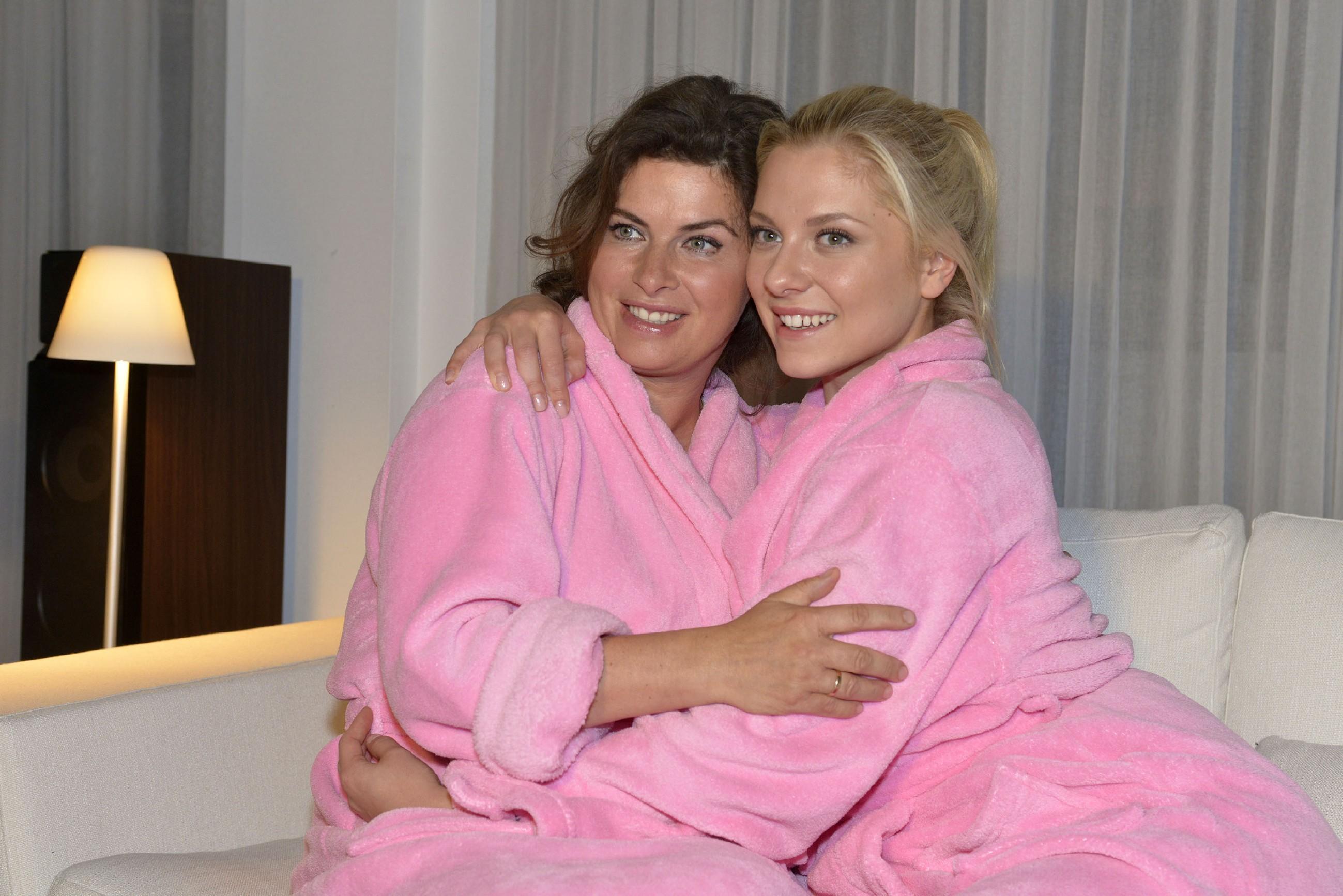 Vanessa (Anne Brendler, l.) freut sich mit Sunny (Valentina Pahde), die es kaum mehr abwarten kann, ihrem geliebten Vince endlich das Ja-Wort zu geben. (Quelle: RTL / Rolf Baumgartner)