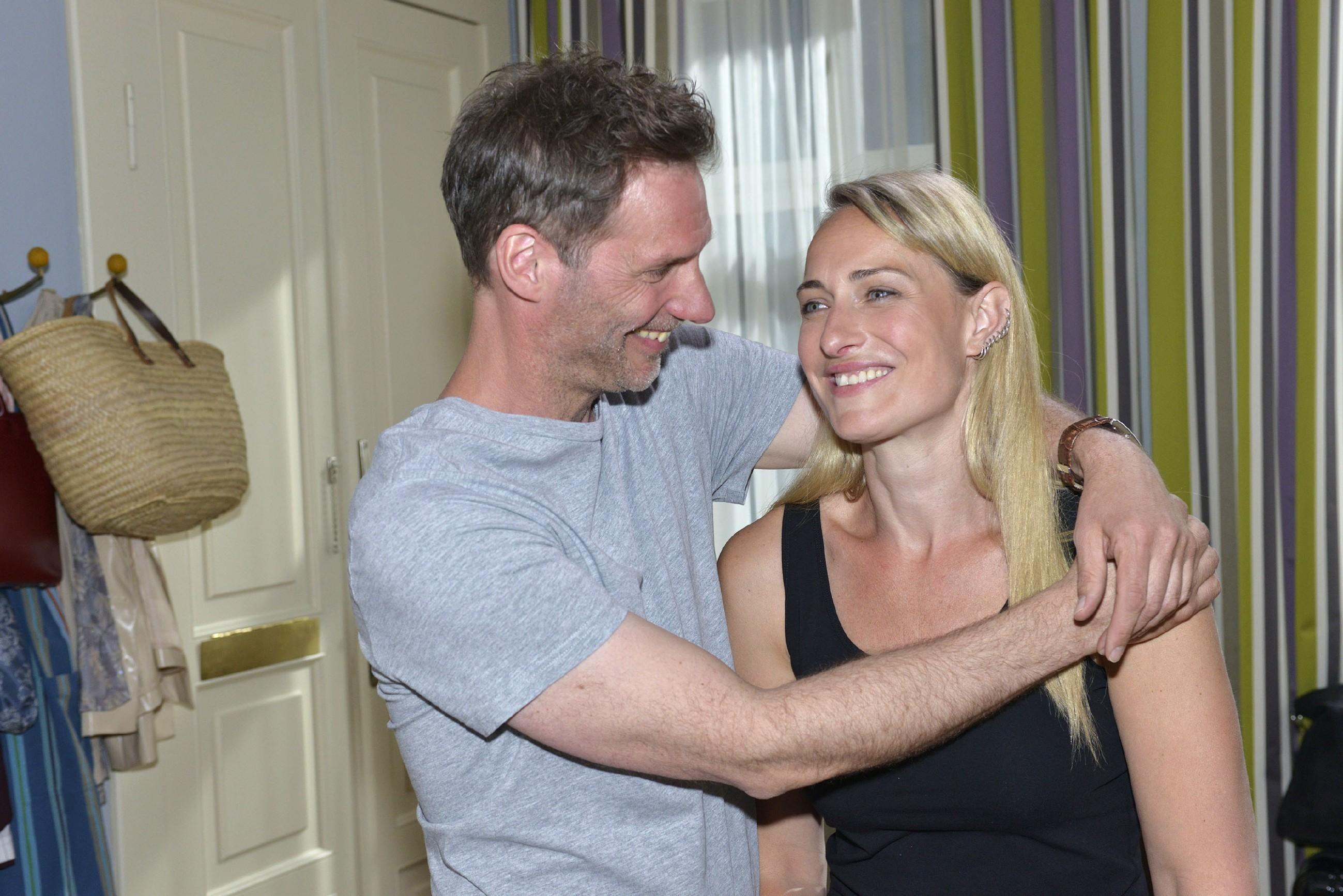 Alexander (Clemens Löhr) kann Marens (Eva Mona Rodekirchen) Ängste zerstreuen und bringt sie zum Lachen. (Quelle: RTL / Rolf Baumgartner)