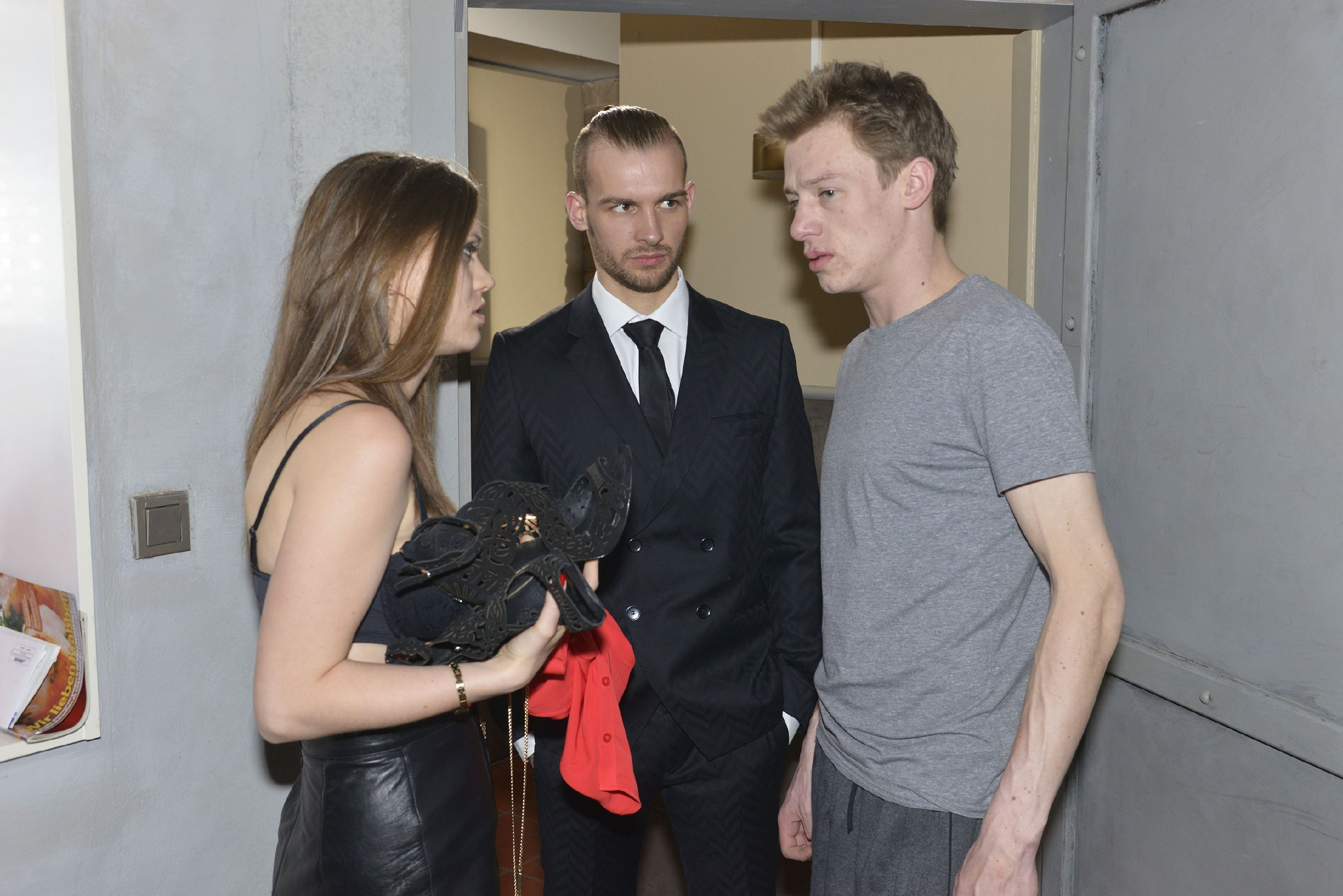 Vince (Vincent Krüger, r.) versucht vergeblich vor Chris (Eric Stehfest) zu verheimlichen, dass er in der Nacht vor seiner Hochzeit etwas mit Jessica (Lisa Degner) hatte...