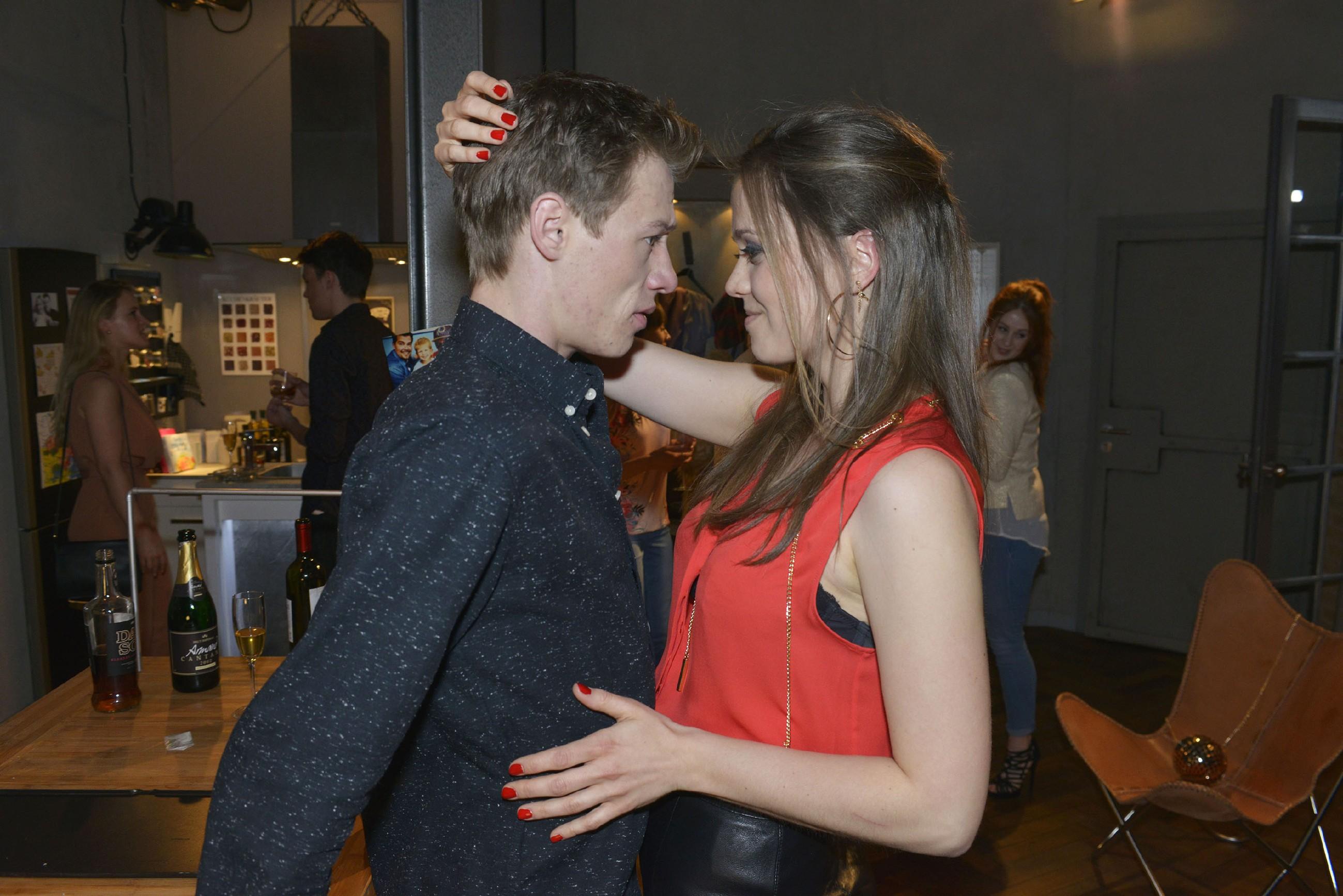 Vince (Vincent Krüger) feiert die Nacht vor der Hochzeit mit viel Alkohol und Koks durch und lässt sich dabei auch noch auf seinen Flirt Jessica (Lisa Degner) ein... (Quelle: RTL / Rolf Baumgartner)