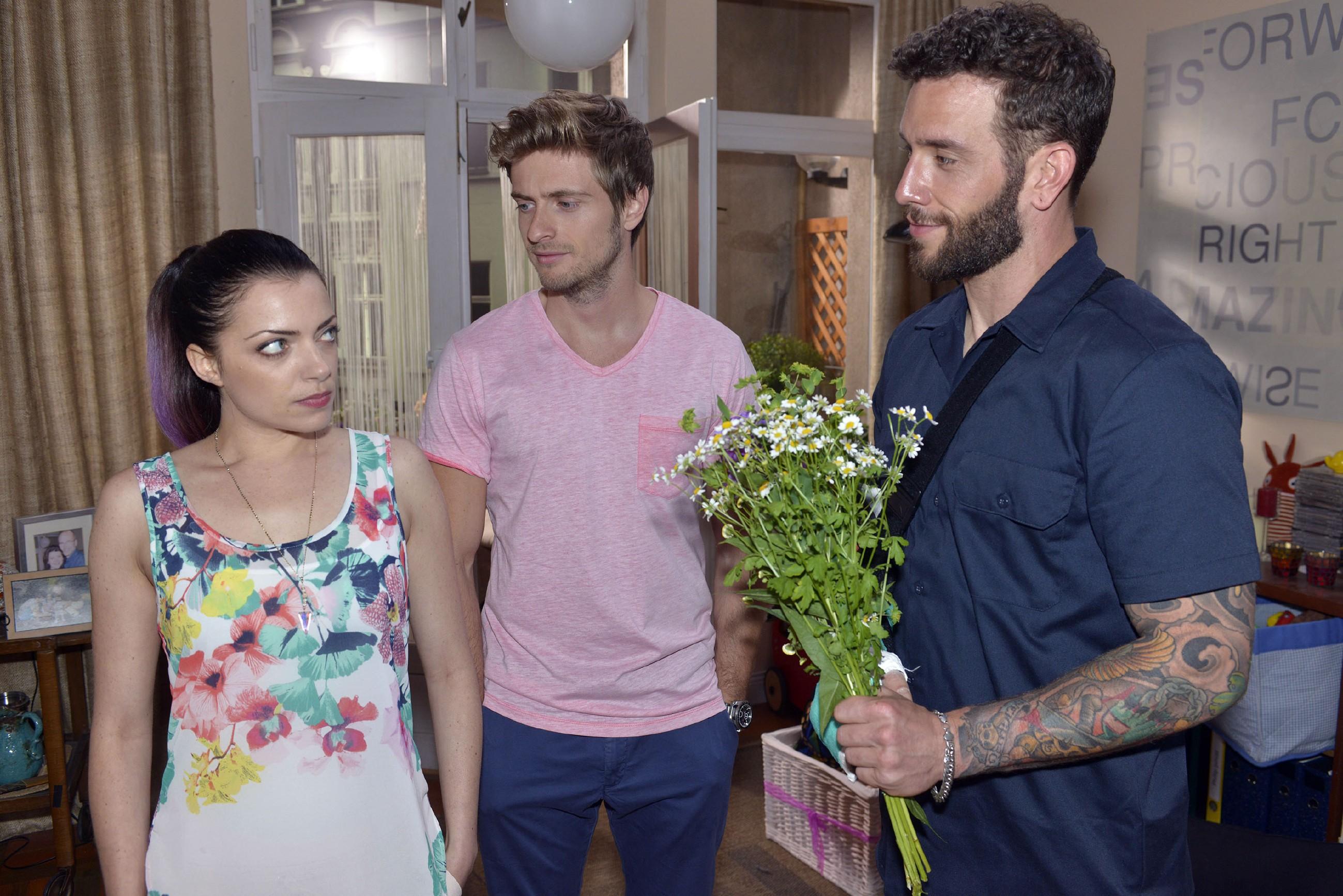 Emily (Anne Menden) kann nicht fassen, dass Philip (Jörn Schlönvoigt, M.) Roberto (Sascha Pederiva) anbietet, bei ihnen zu wohnen. (Quelle: RTL / Rolf Baumgartner)
